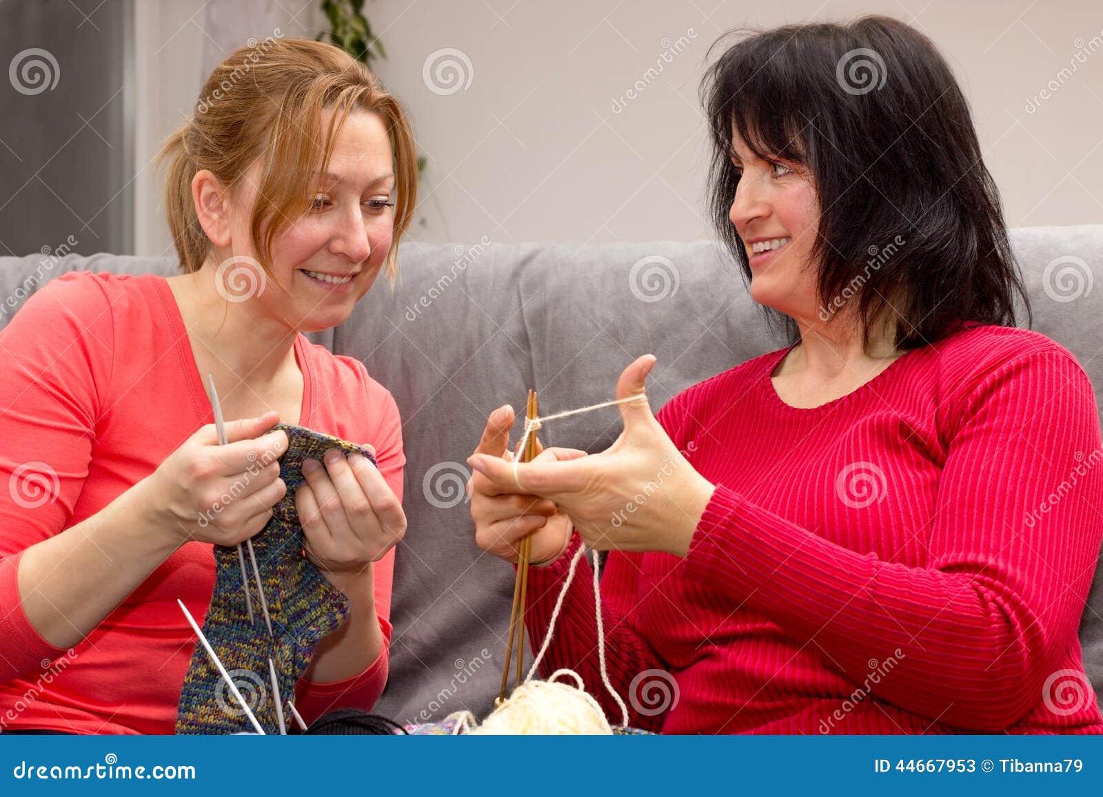 Deux amis tricotant ensemble