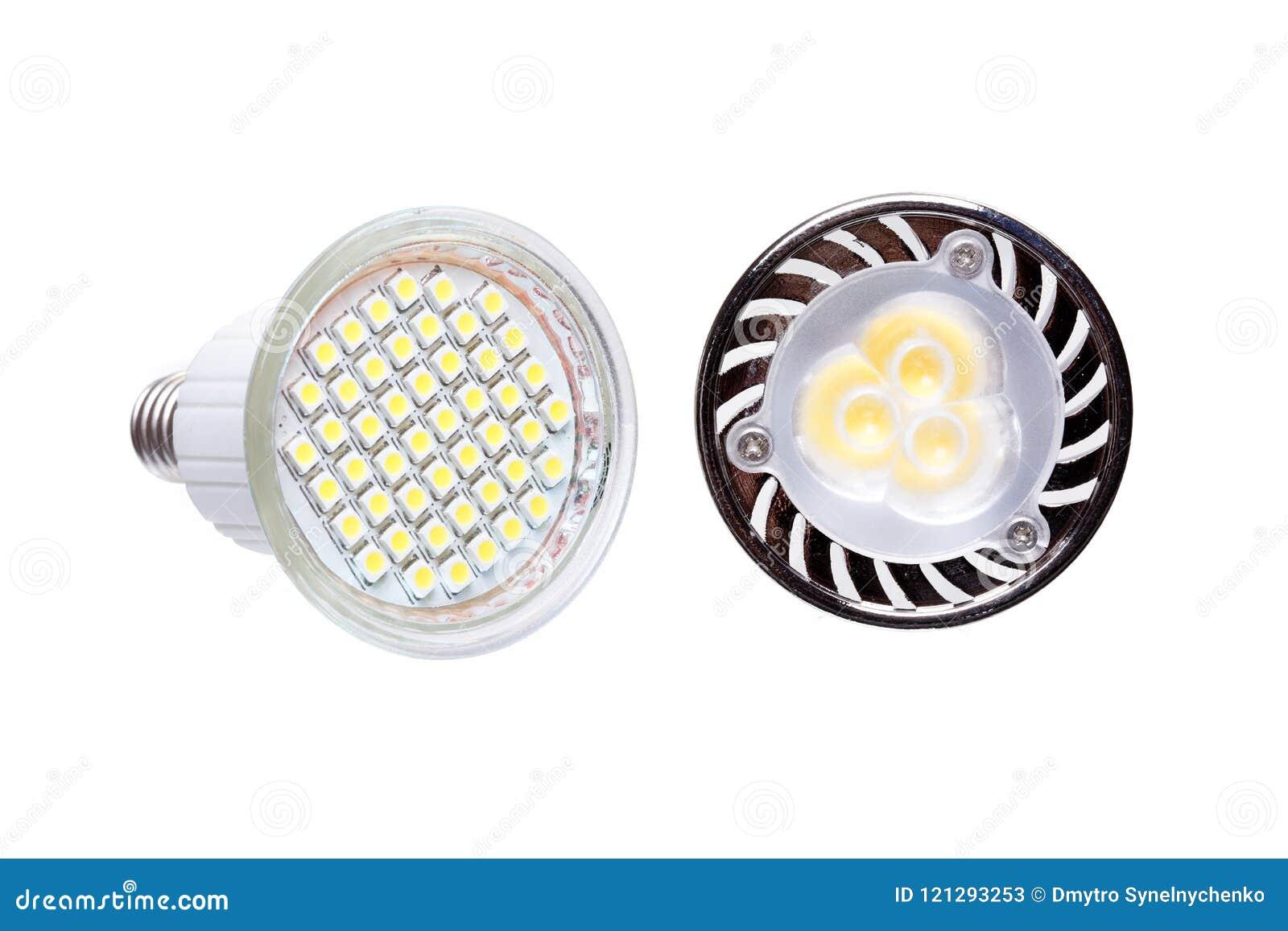 Deux ampoules économiseuses d énergie de LED d isolement sur le blanc