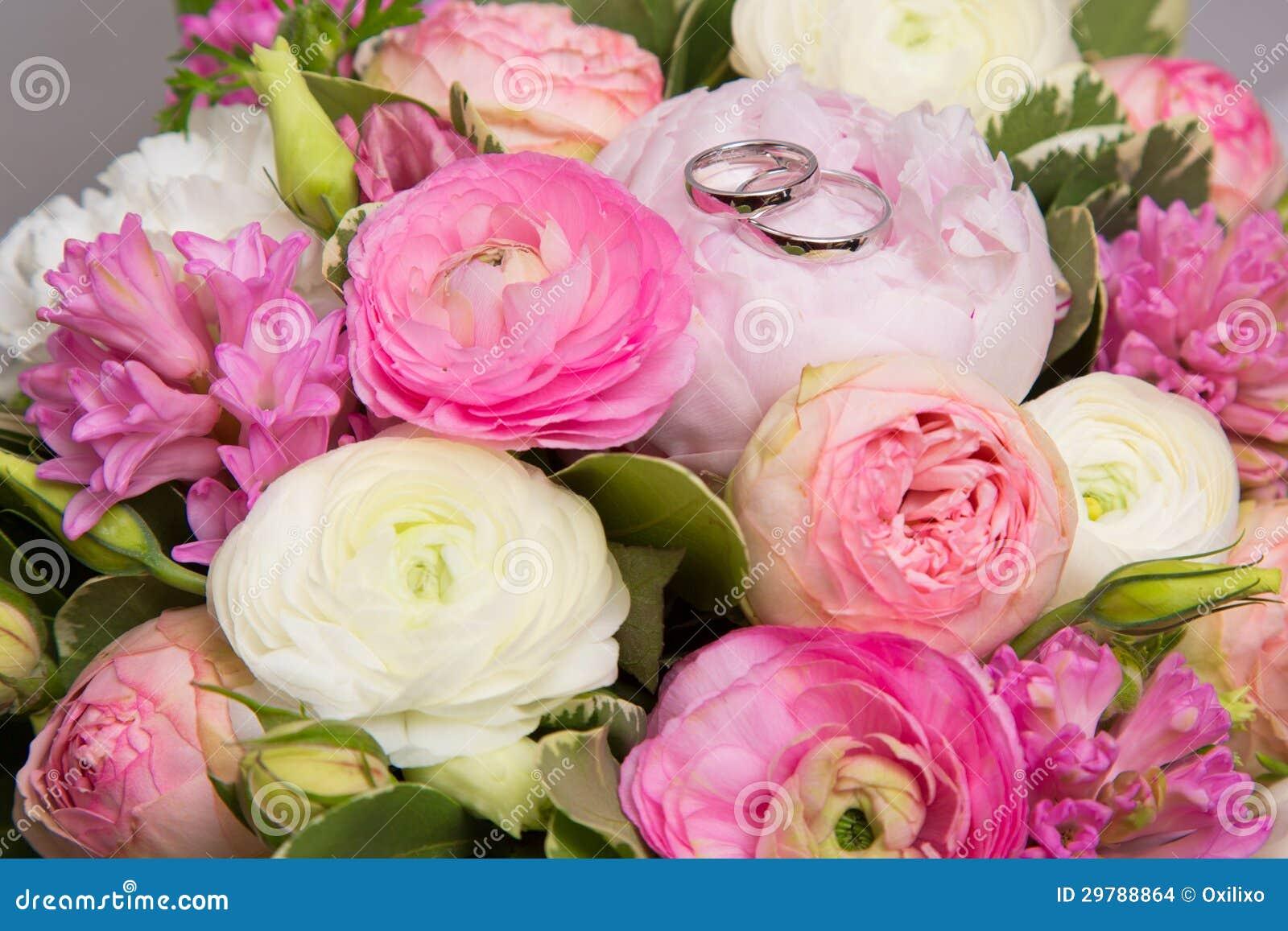 anneaux de mariage sur le bouquet des pivoines blanches et roses photo stock image du boucles. Black Bedroom Furniture Sets. Home Design Ideas