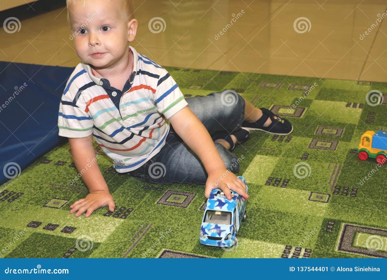 Deux ans d enfant de jeu de garçon avec des voitures Jouets éducatifs pour l école maternelle et l enfant de jardin d enfants, te