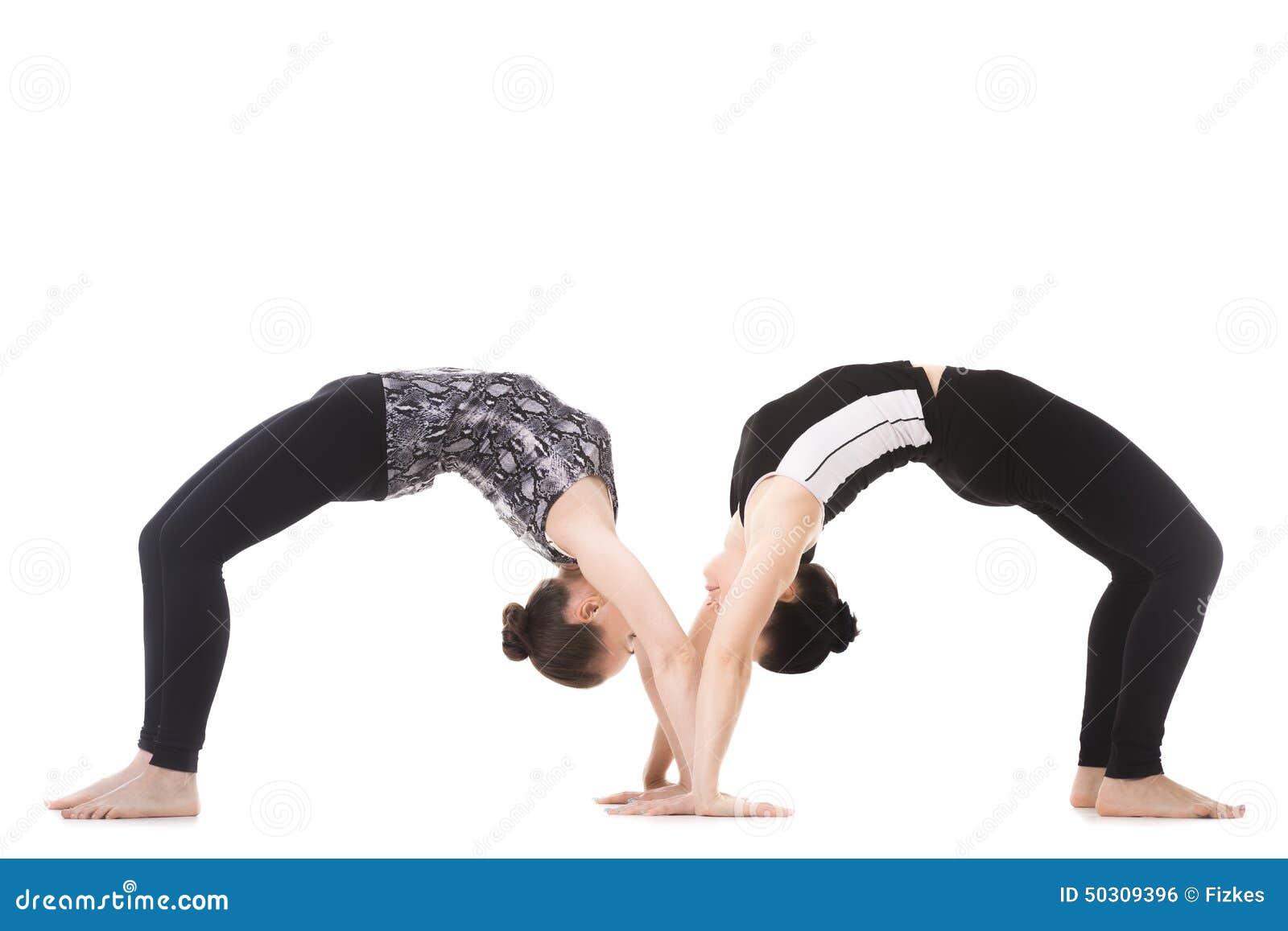 deux associ s f minins de yogi dans le dhanurasana d 39 asana de yoga photo stock image 50309396. Black Bedroom Furniture Sets. Home Design Ideas