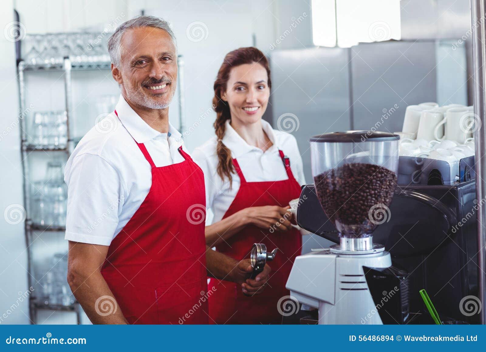 Deux barman souriant à l appareil-photo