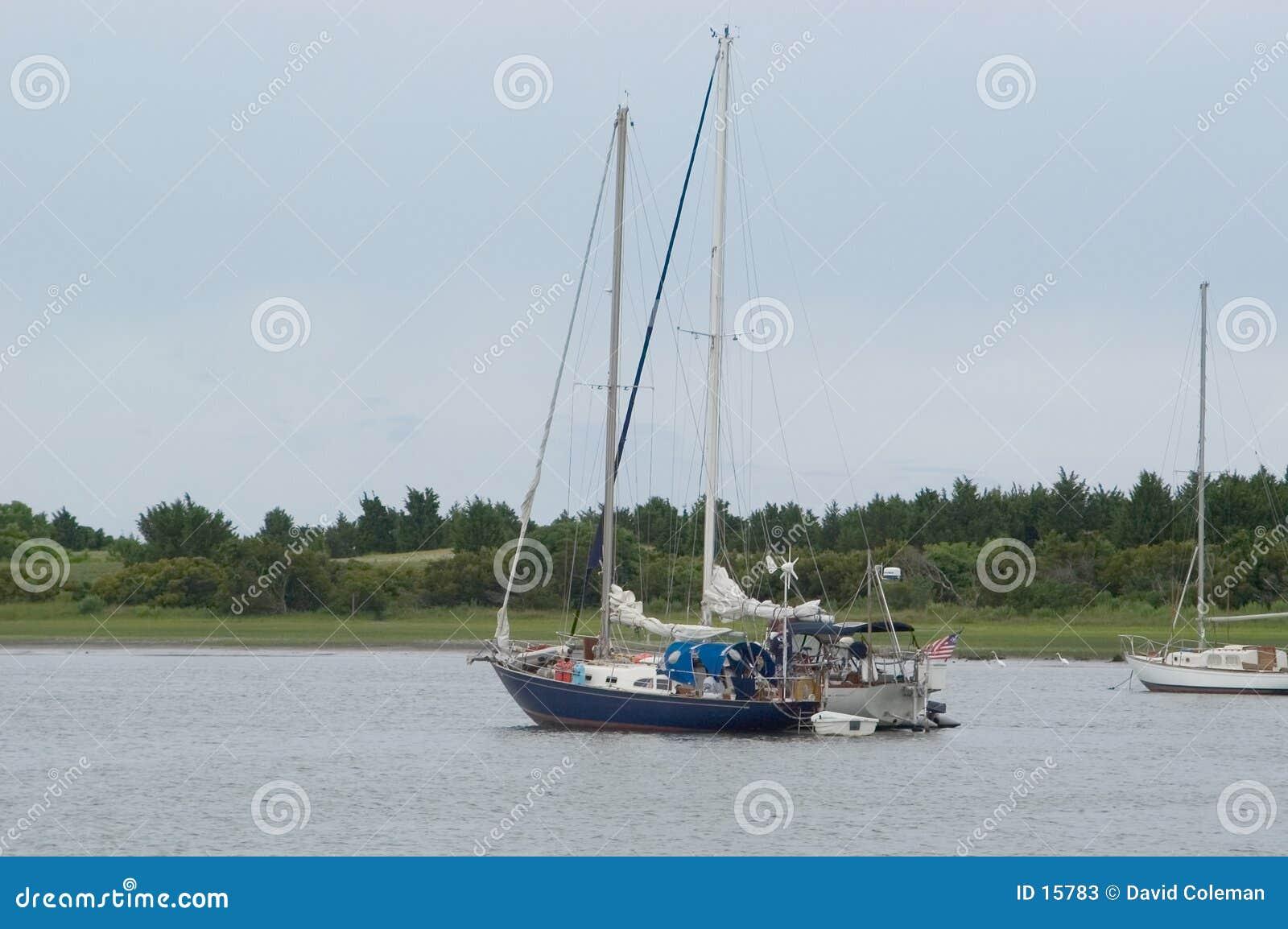 Deux bateaux à voiles dans le port