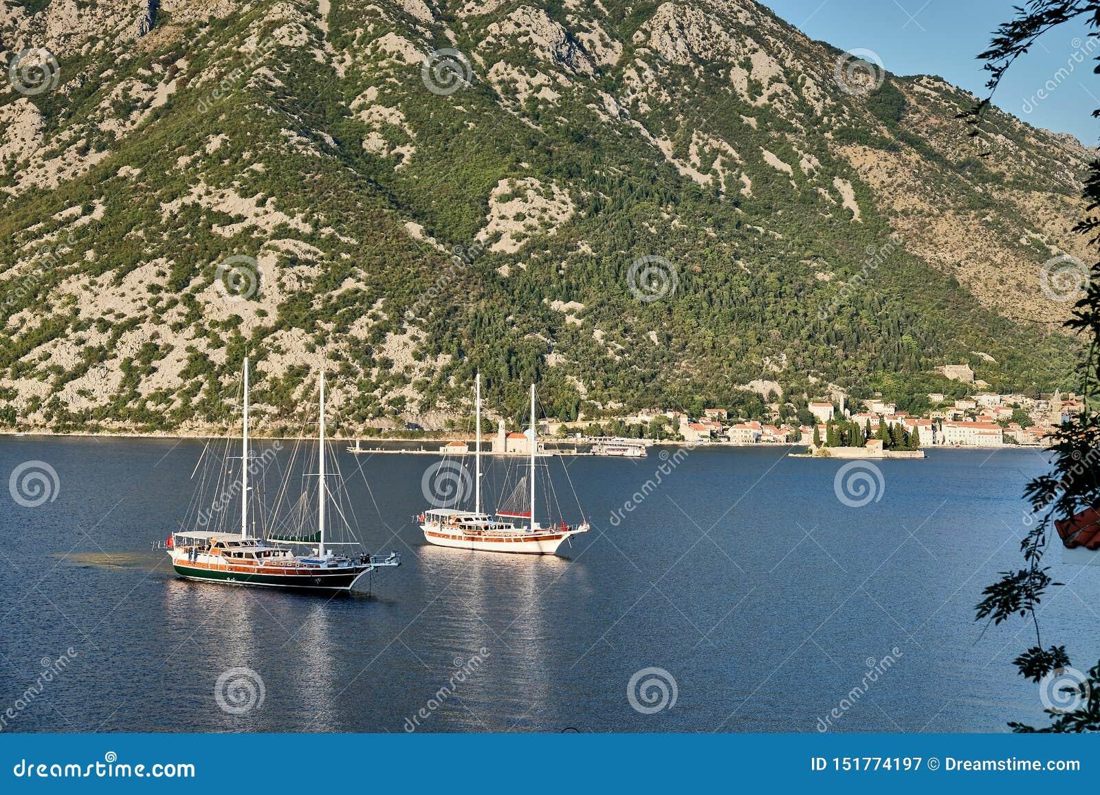 Deux bateaux dans la baie de Kotor, Monténégro