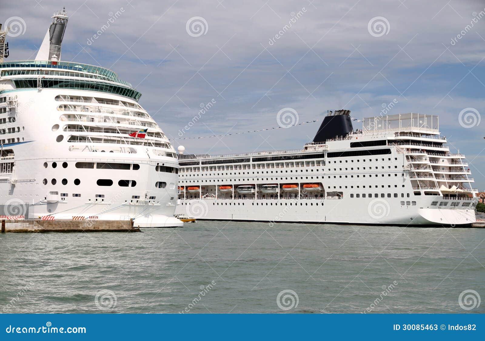 Bateaux de croisi re dans le port de venise photos stock image 30085463 - Hotel venise port croisiere ...