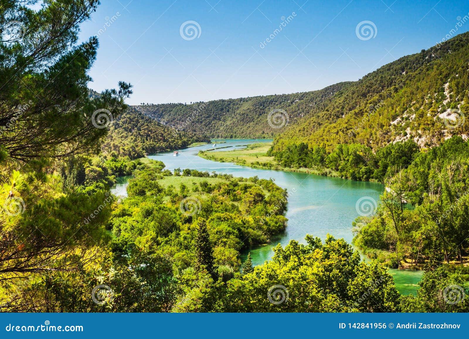 Deux bateaux naviguent sur la rivière Autour de la forêt et des montagnes Krka, parc national, Dalmatie, Croatie