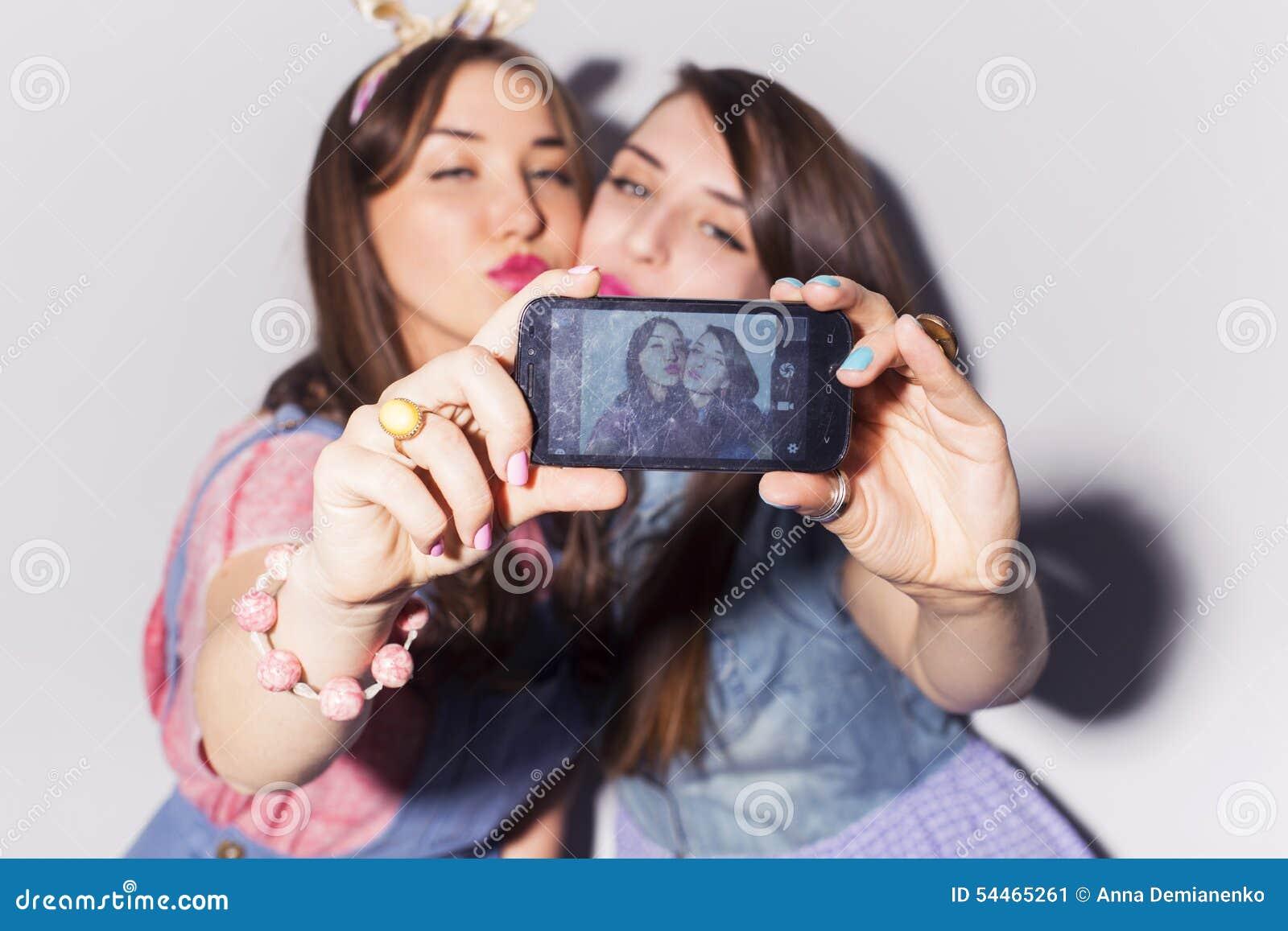 Deux belles adolescentes de femmes de brune (filles) dépensent le togeth de temps
