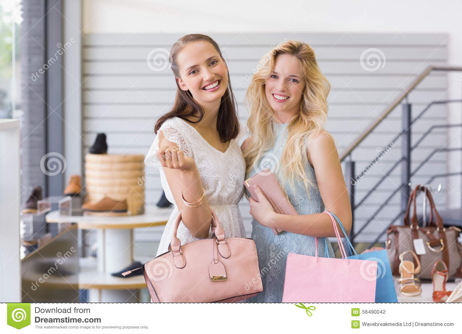Deux belles femmes souriant à l appareil-photo