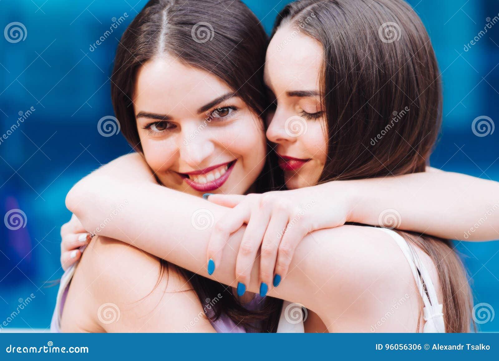 Deux belles filles étreinte et rire dur