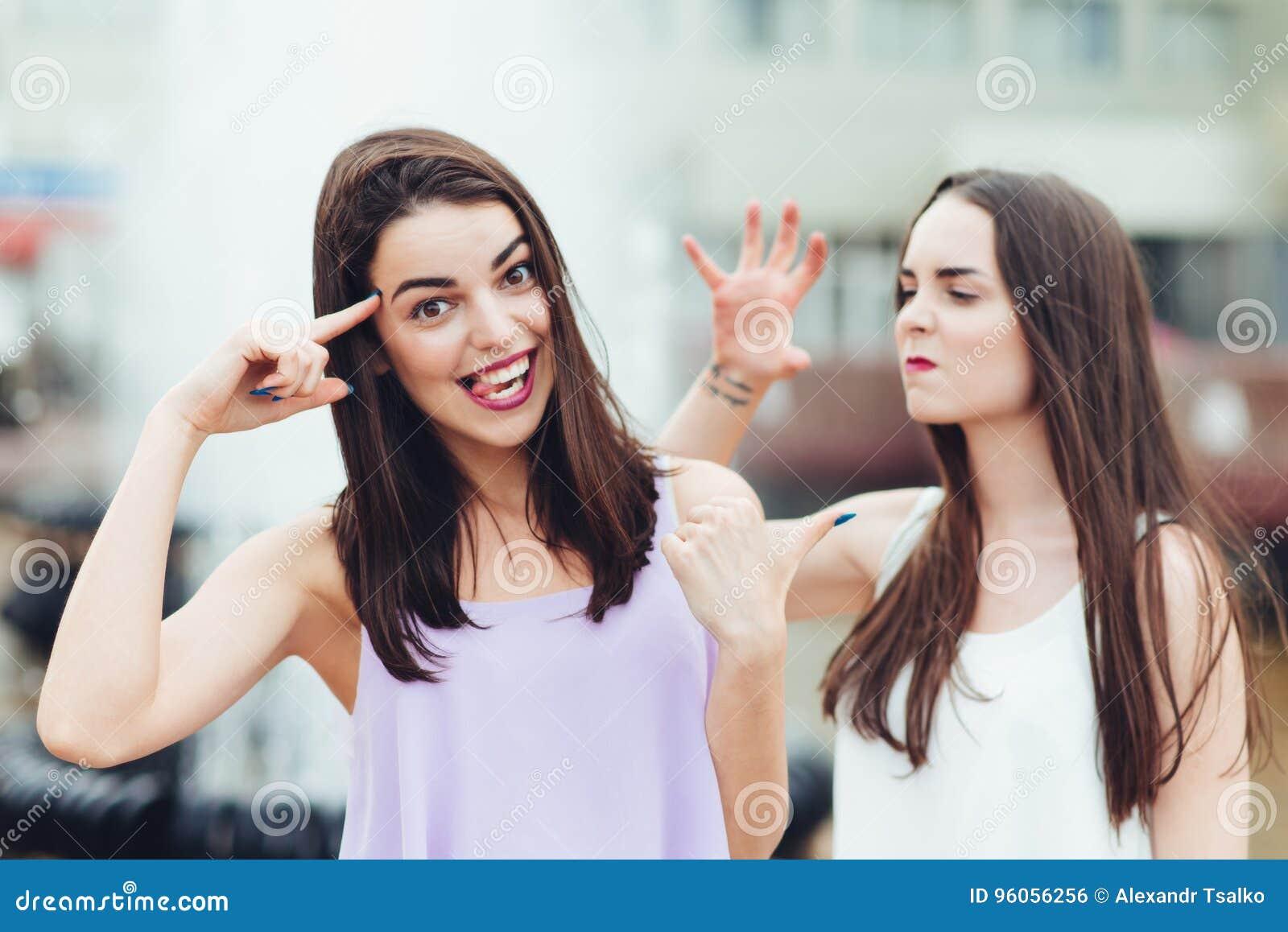 Deux belles filles ayant l amusement sur la rue