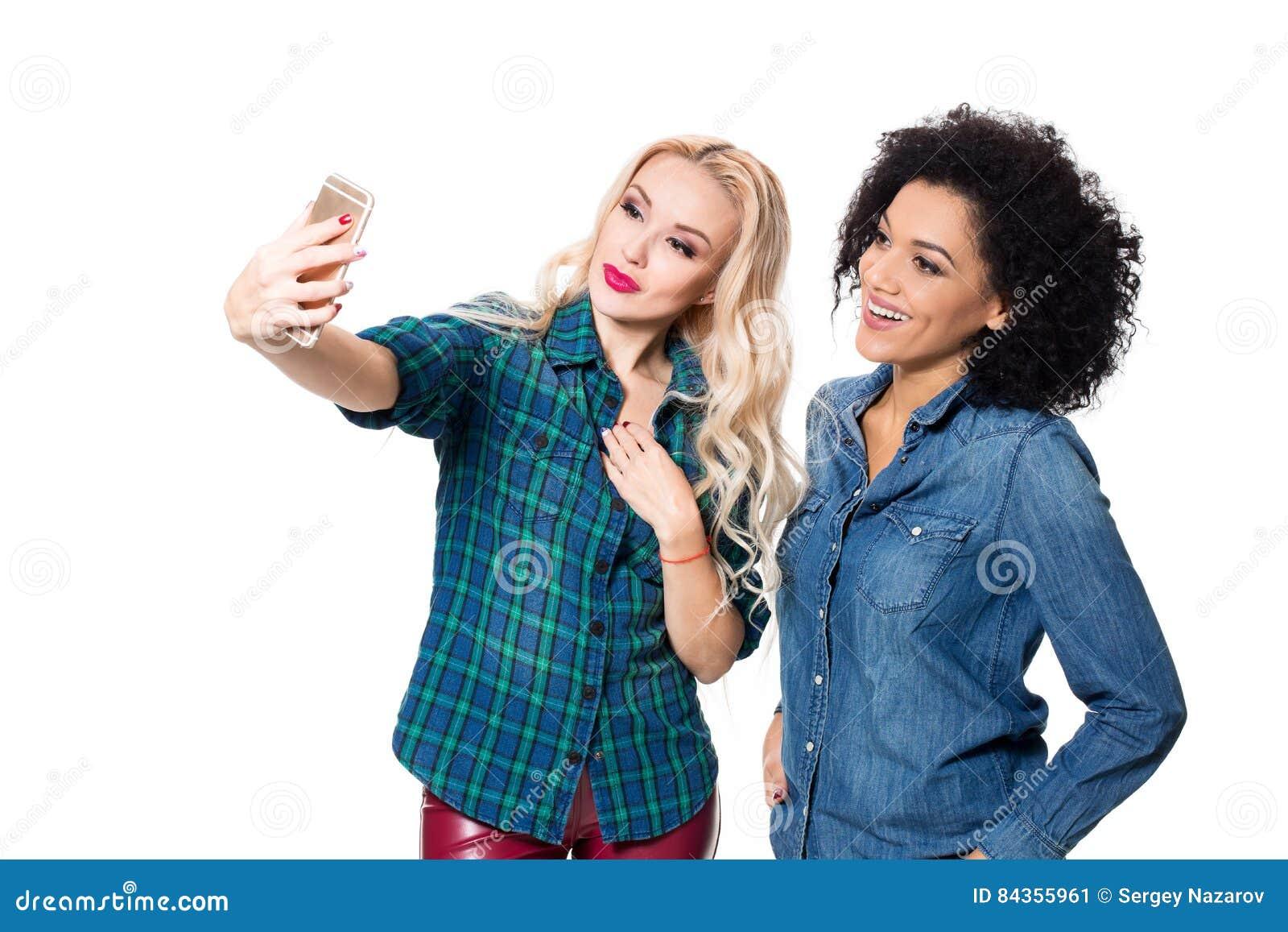 Deux belles filles faisant le selfie