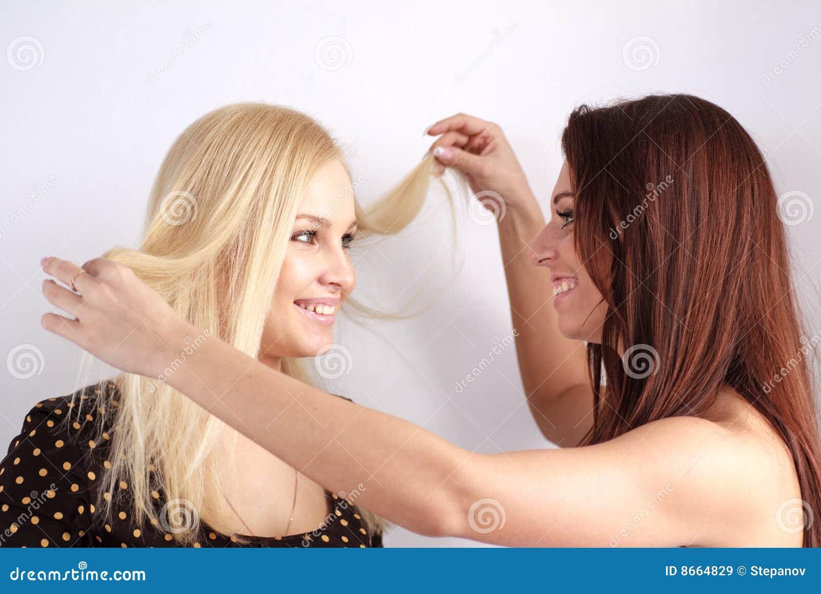 Deux belles filles se ferment vers le haut.