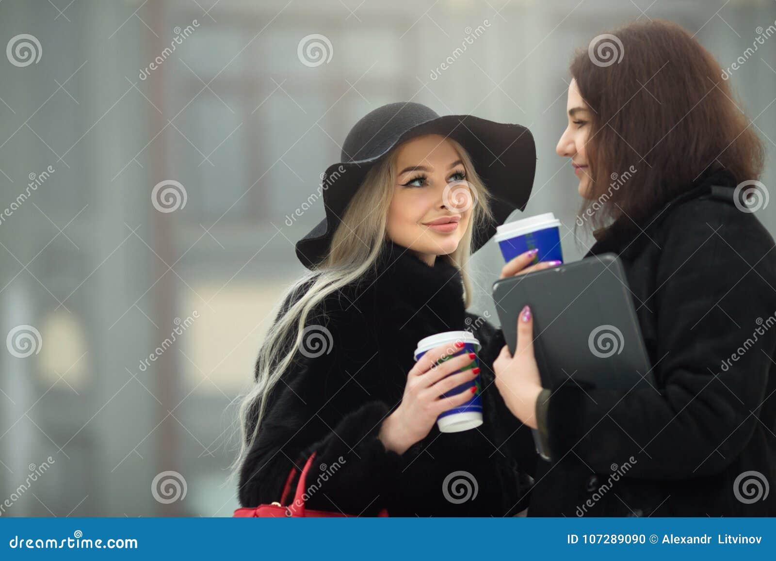 Deux belles jeunes filles dans des vêtements chauds