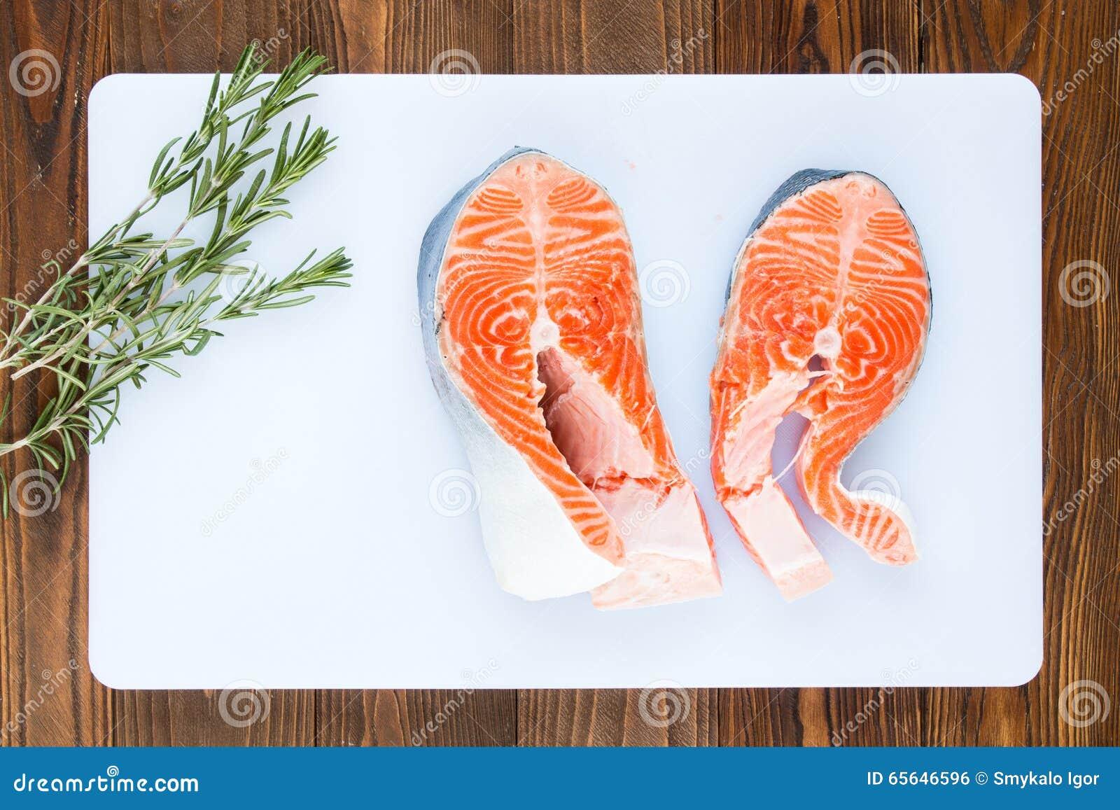 Deux biftecks des saumons