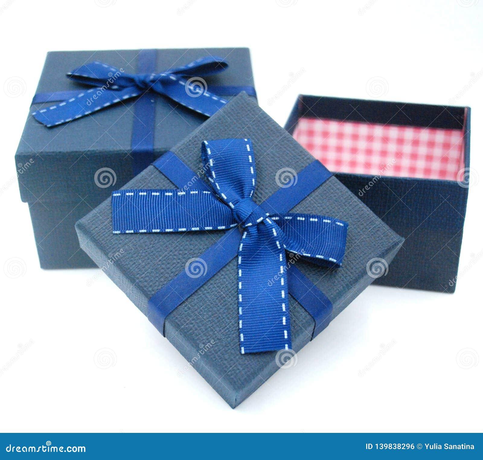 Deux boîte-cadeau avec le noeud papillon sur le dessus