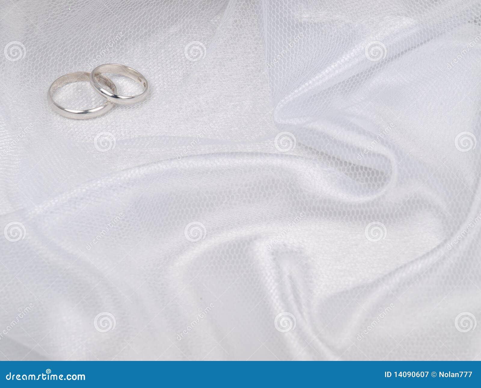 Deux boucles de mariages argentés
