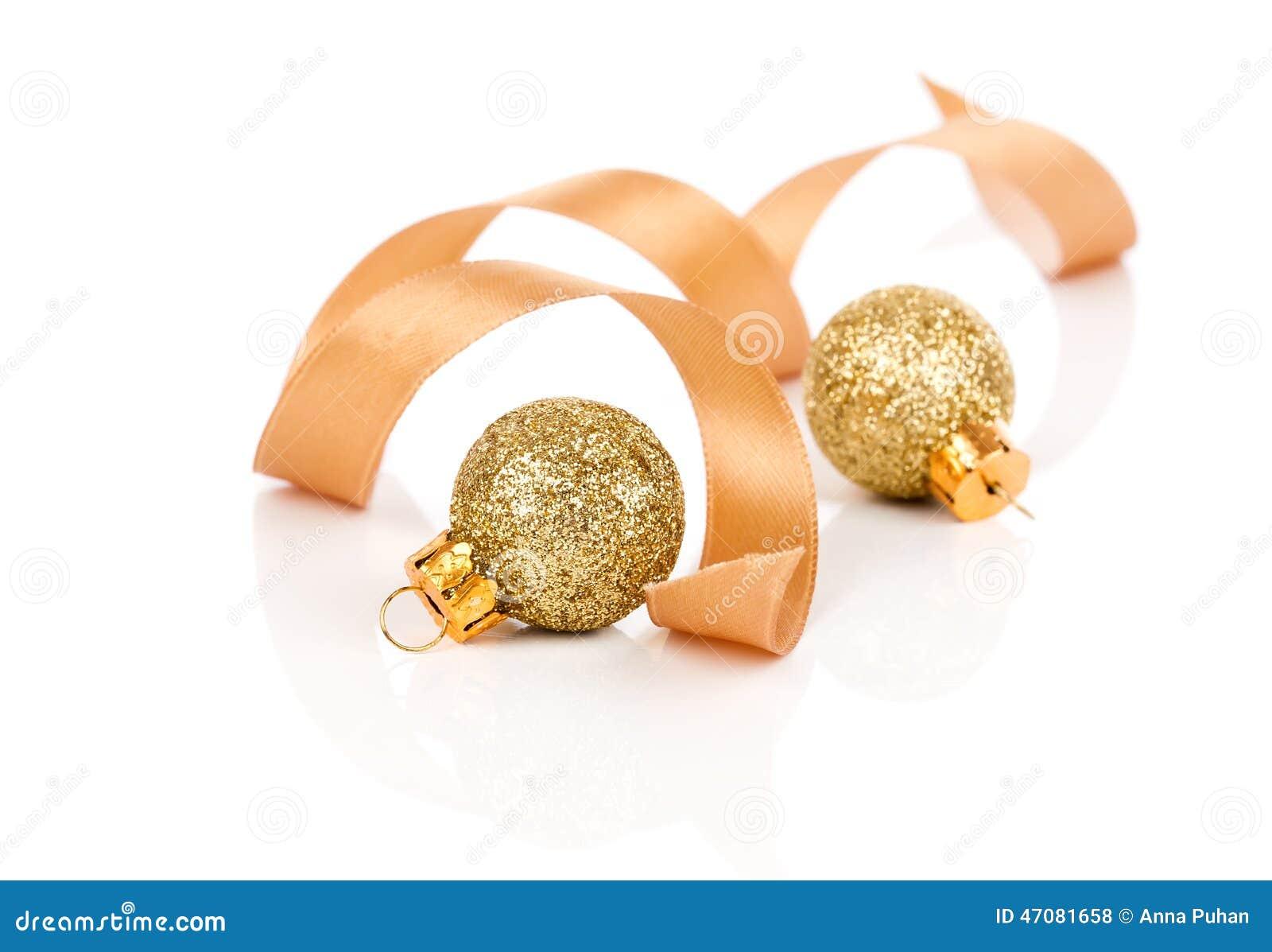 Deux boules d 39 or de d coration de no l avec le ruban de for Decoration de noel exterieur avec ruban