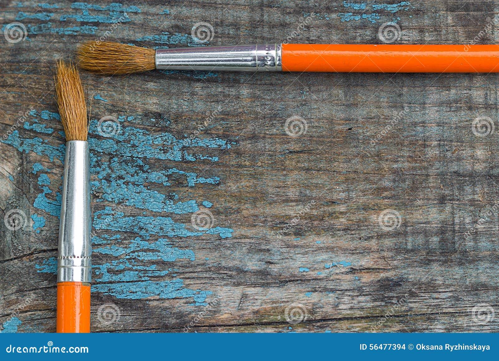 Deux brosses sur le fond des vieux conseils en bois