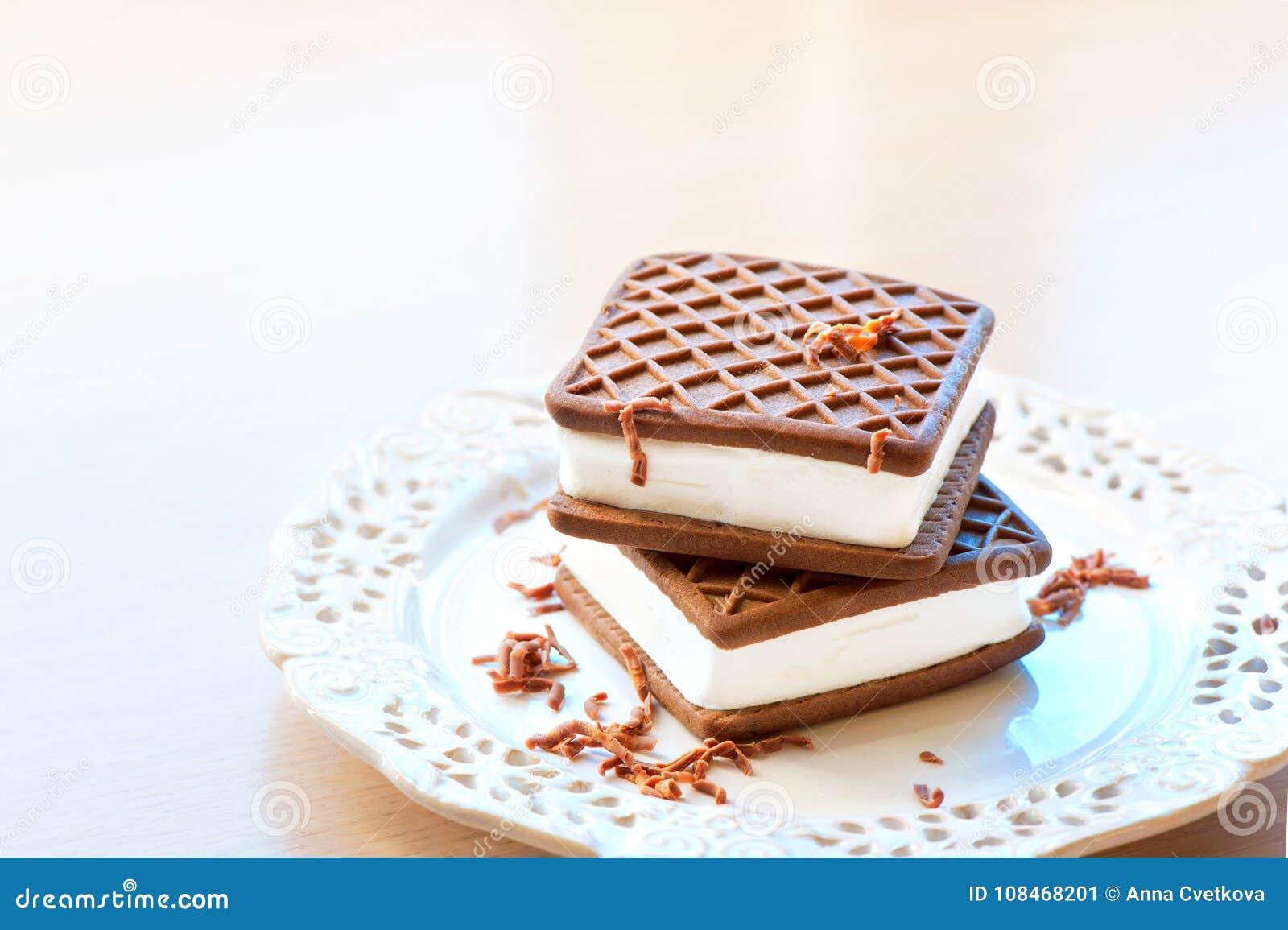 Deux bruns et sandwichs blancs à glace Chocolat avec la vanille