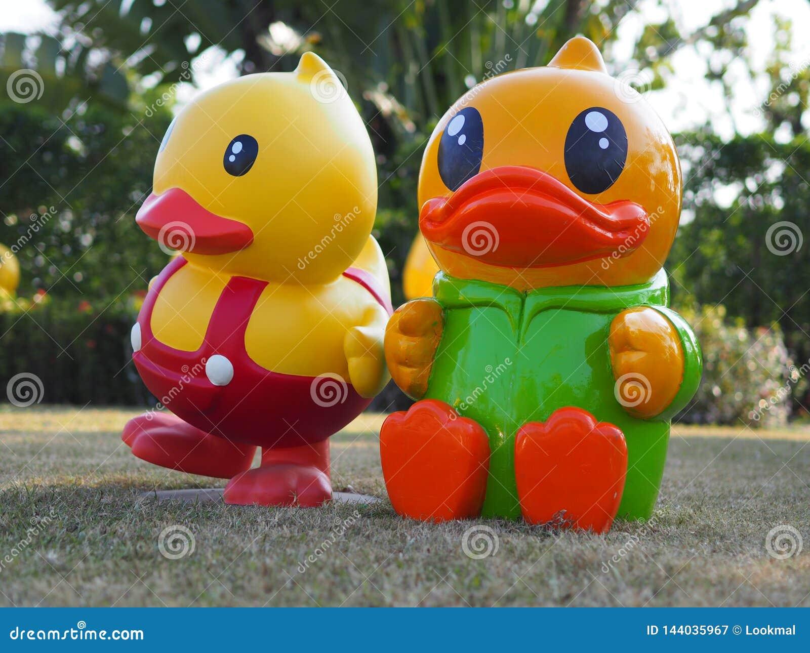Deux canards jaunes dans Udon Thani Thaïlande