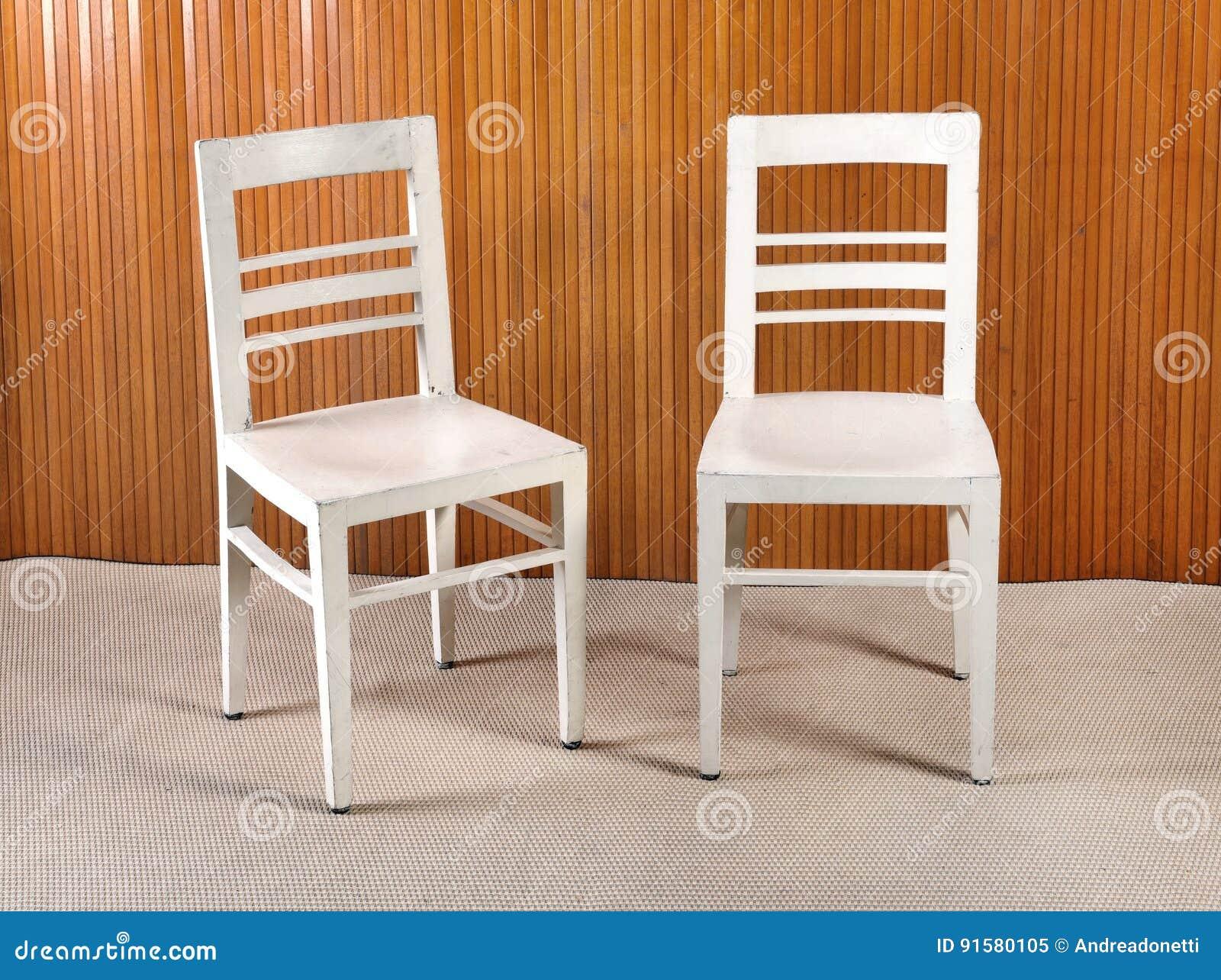 Deux Chaises En Bois De Cuisine Peintes Par Blanc Simple ...