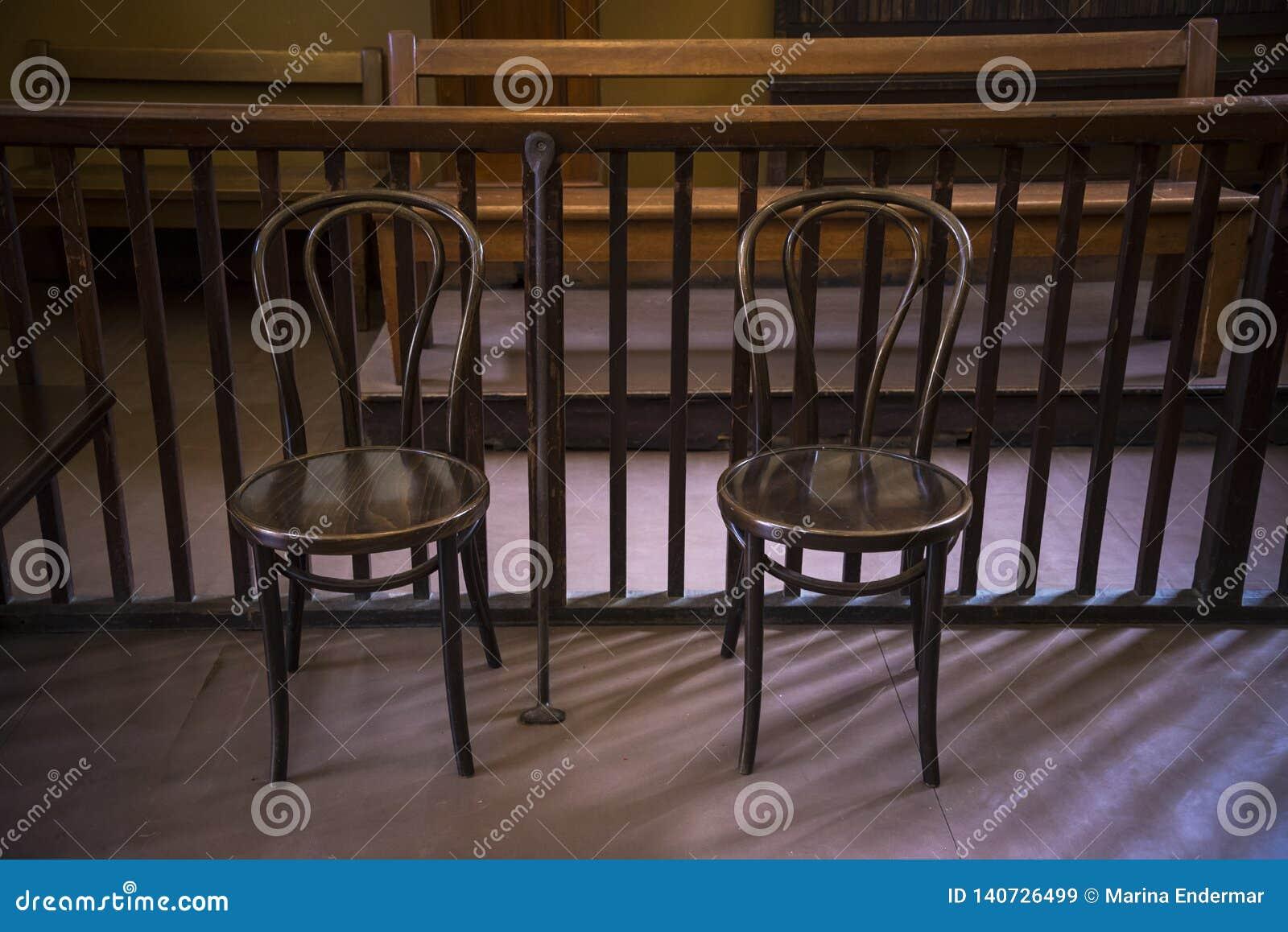 Deux chaises vides de bois courbé