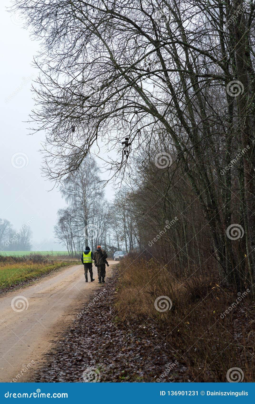Deux chasseurs qui partent
