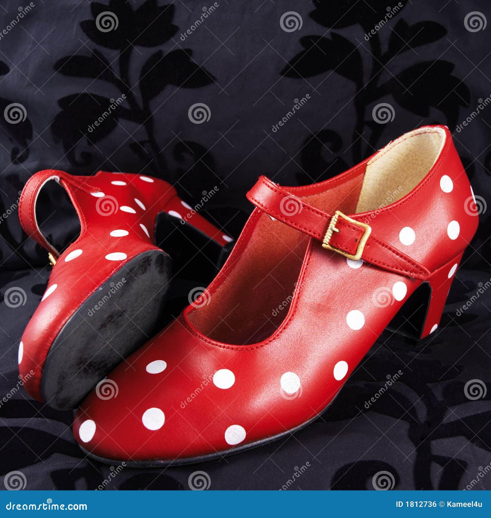 Deux chaussures rouges de danse de flamenco avec les points blancs