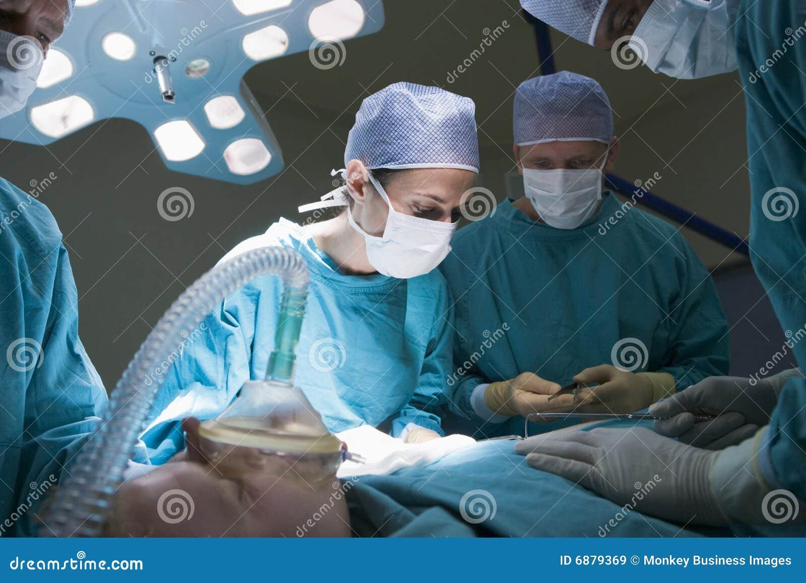 Deux chirurgiens fonctionnant sur un patient