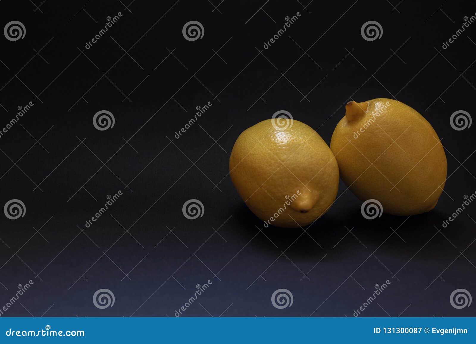 Deux citrons sur le fond noir