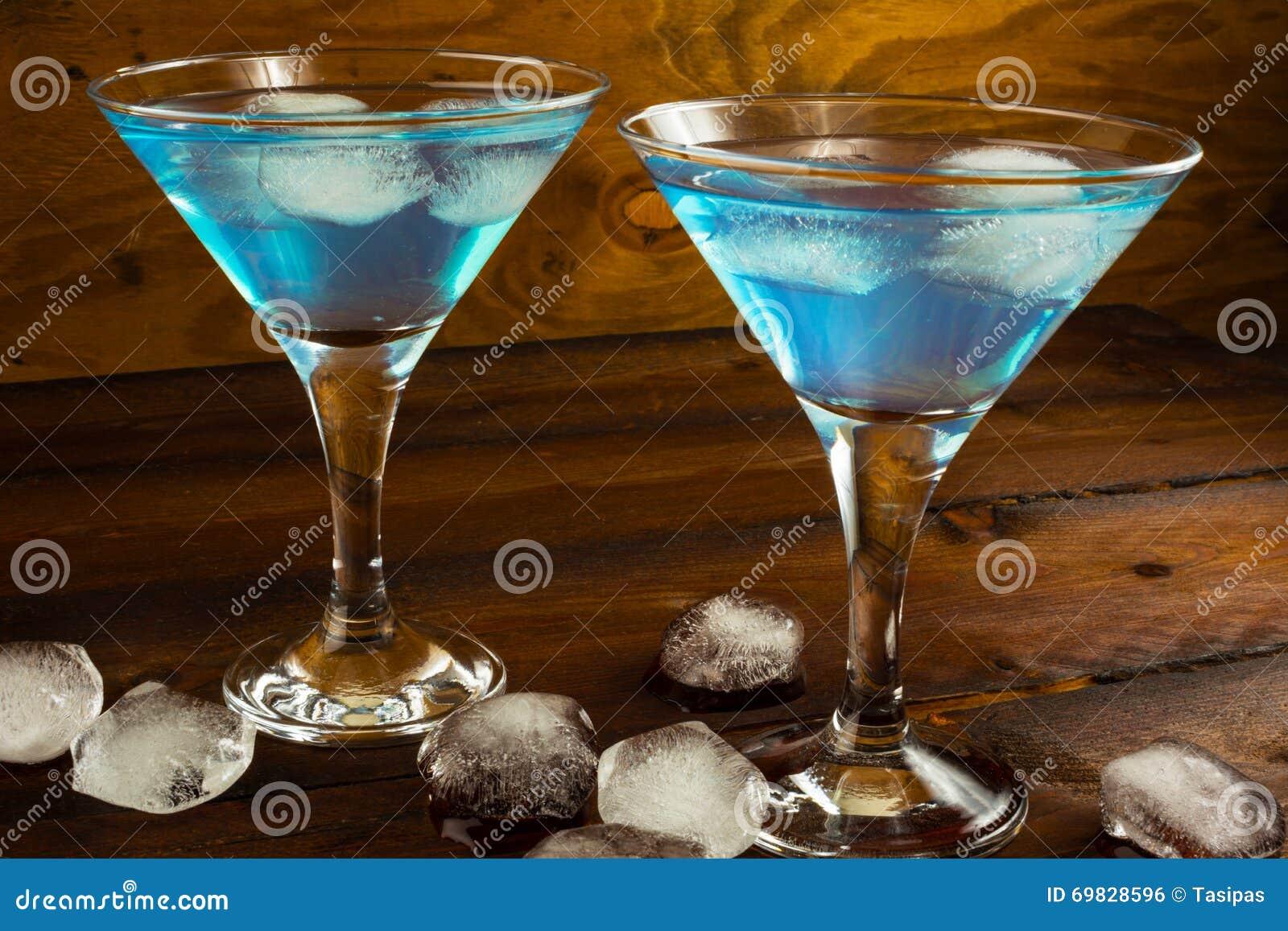 Deux cocktails bleus en verres sur le fond en bois foncé