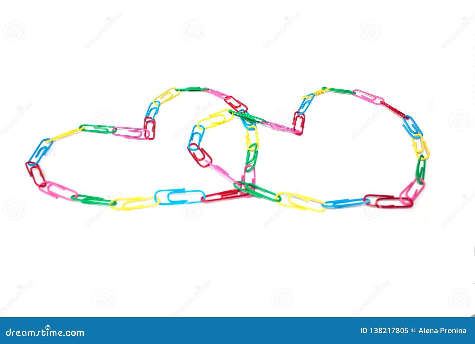 Deux coeurs colorés des trombones sur le blanc