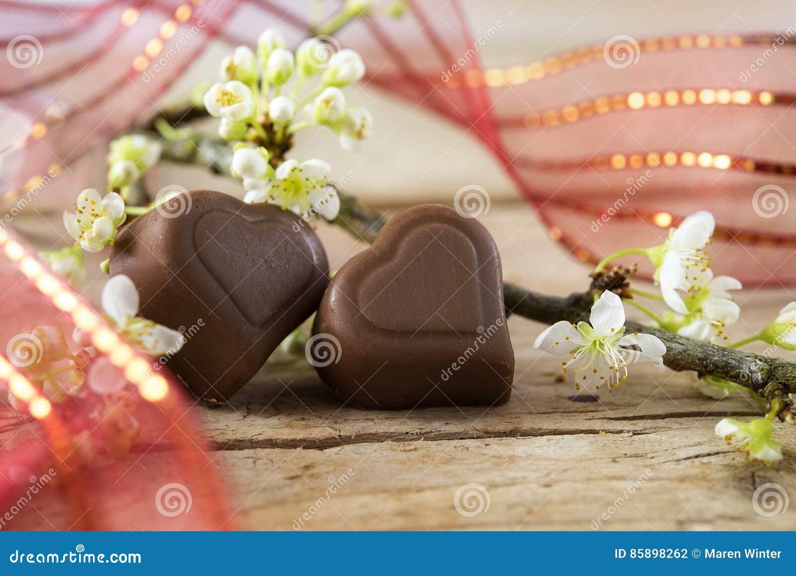 Deux Coeurs De Chocolat Avec Un Ruban Rouge Et Une Branche O De