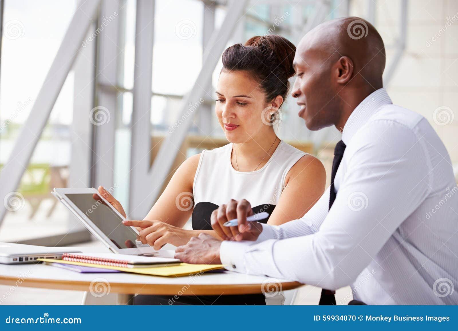 Deux collègues d entreprise constituée en société travaillant ensemble dans le bureau