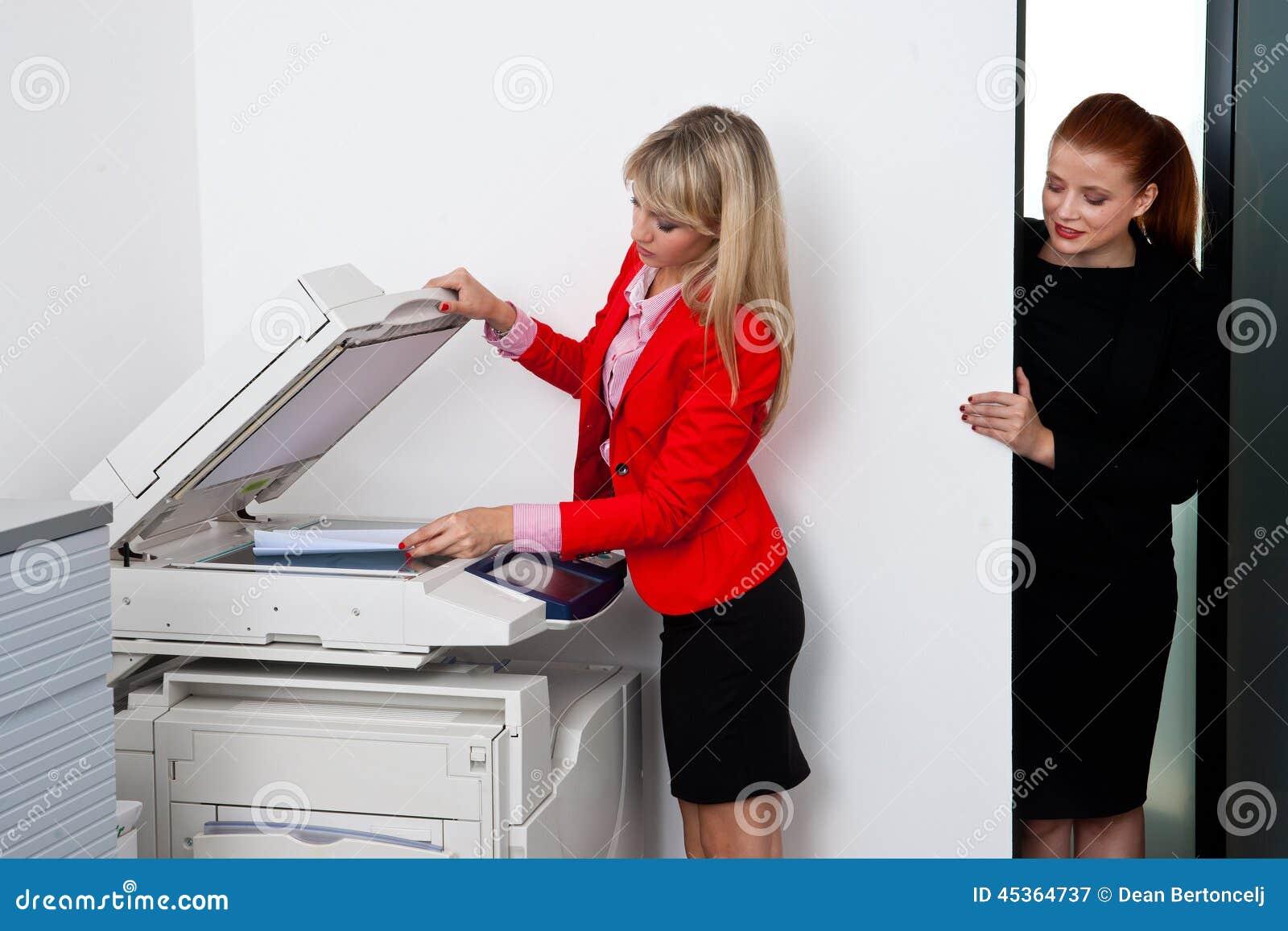 Deux collègues de femme travaillant à l imprimante dans le bureau