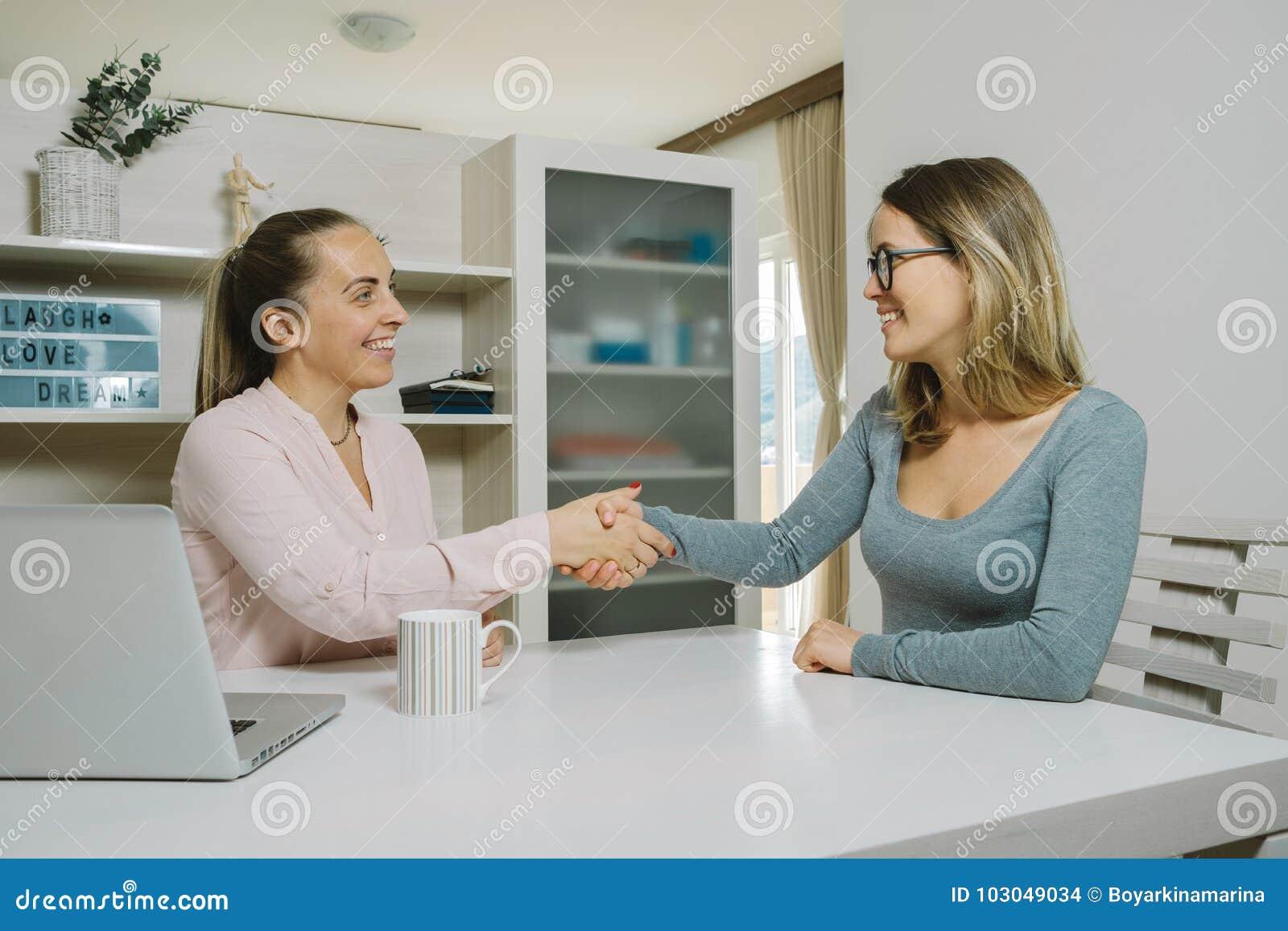 Deux collègues féminins collaborant avec l ordinateur portable dans le bureau