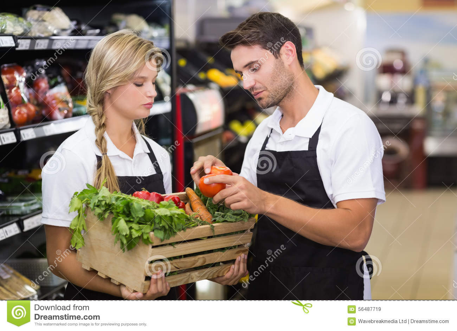 Deux collègues tenant une boîte avec les légumes frais