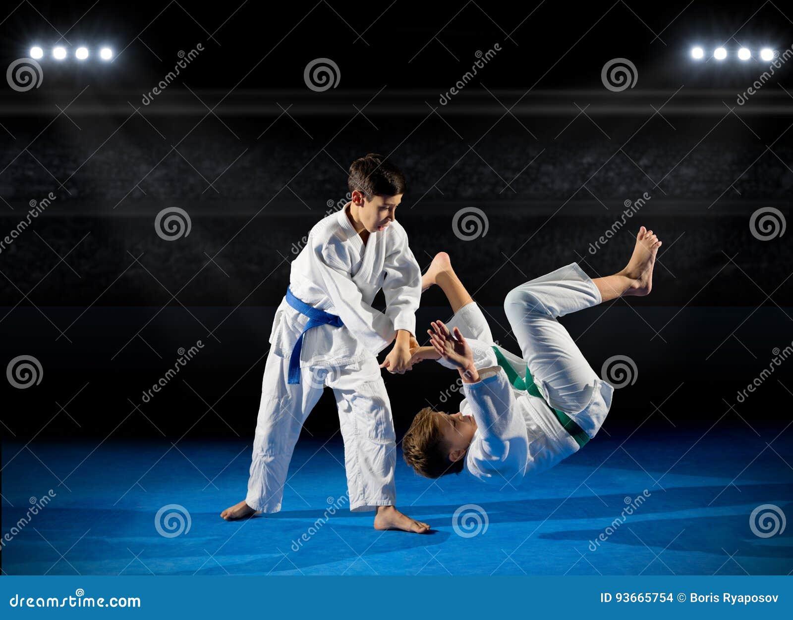 Deux combattants d arts martiaux de garçons