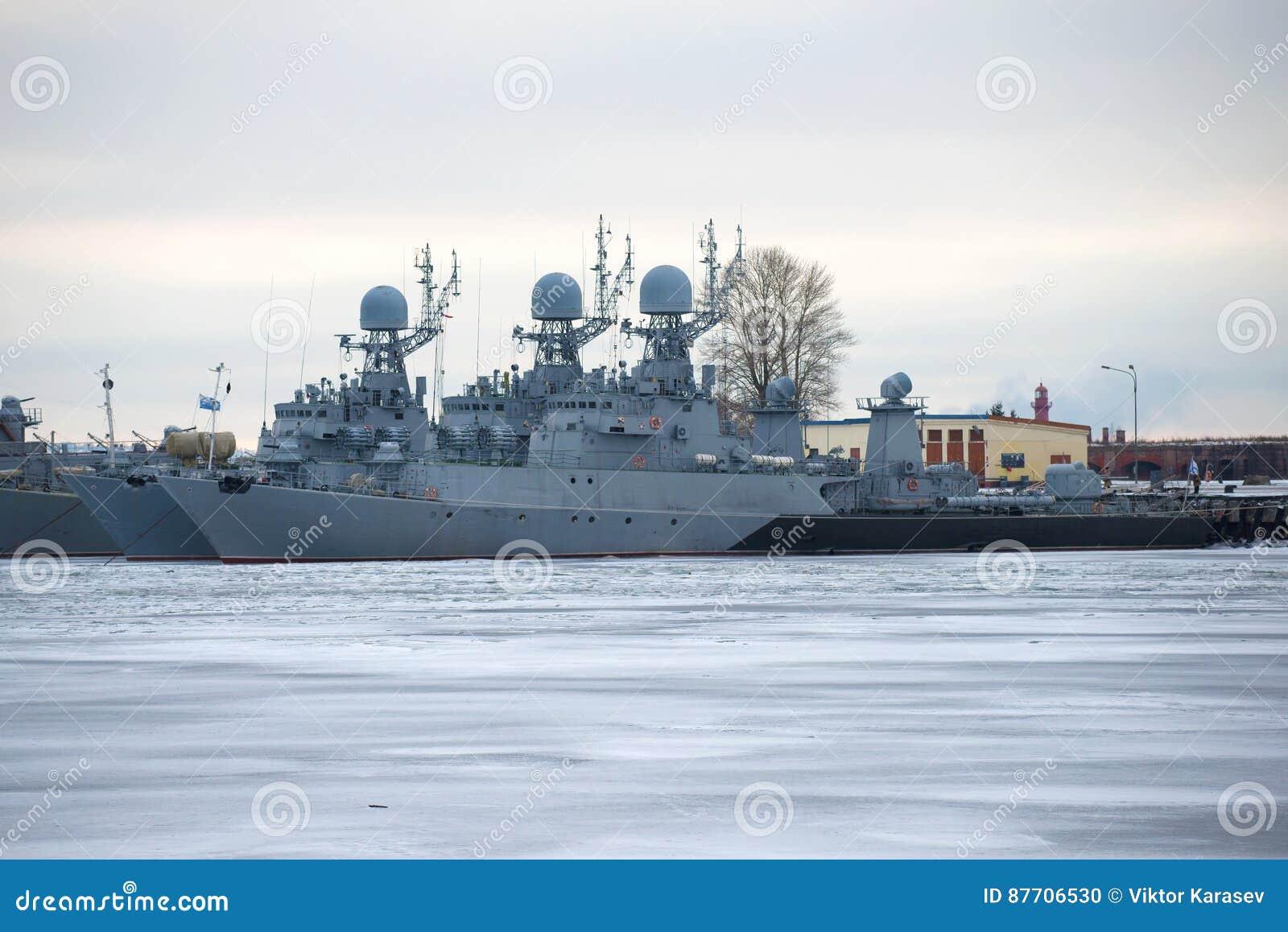 Deux corvette anti-sous-marines de la flotte militaire baltique l hiver garant en janvier le crépuscule Kronstadt