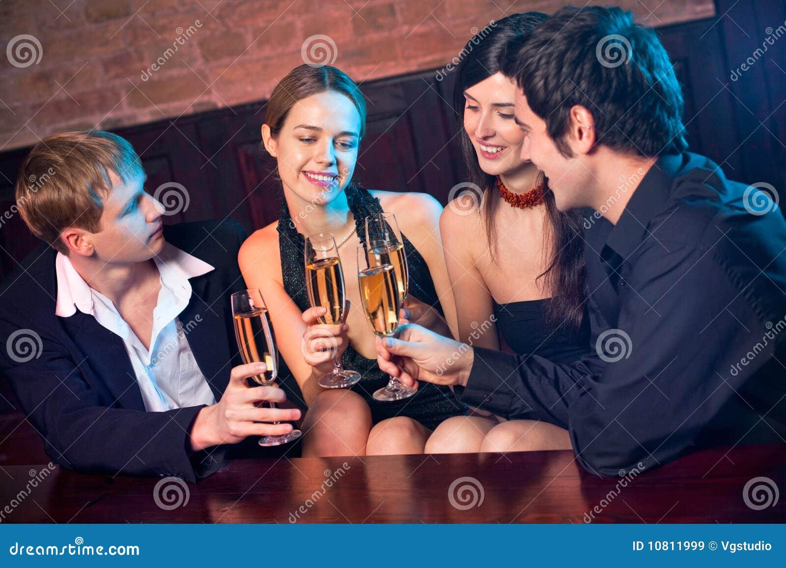 Deux couples au restaurant