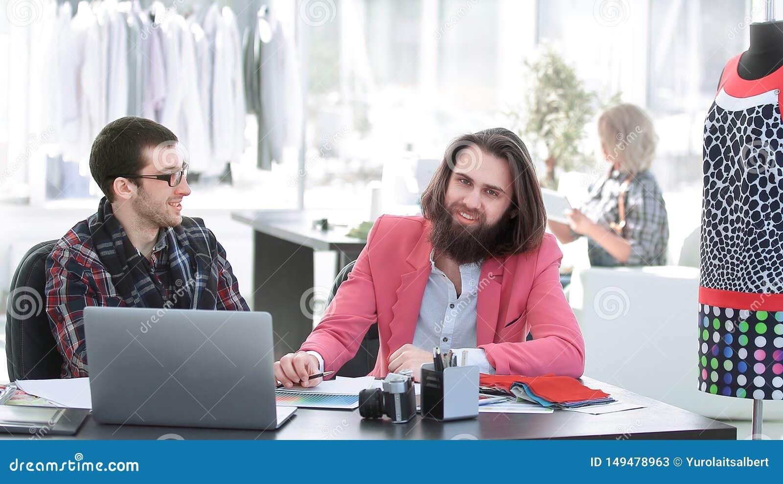 Deux couturiers discutant des conceptions des nouveaux mod?les