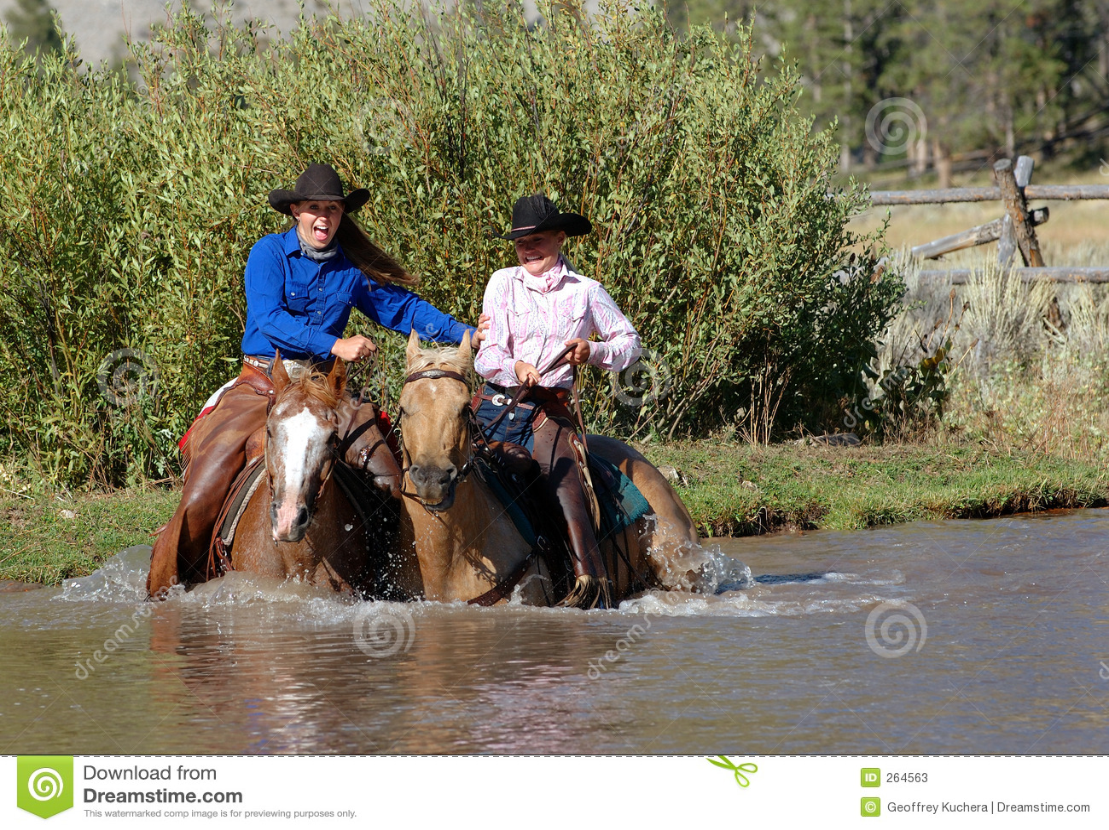 Deux cow-girls entrant dans l étang
