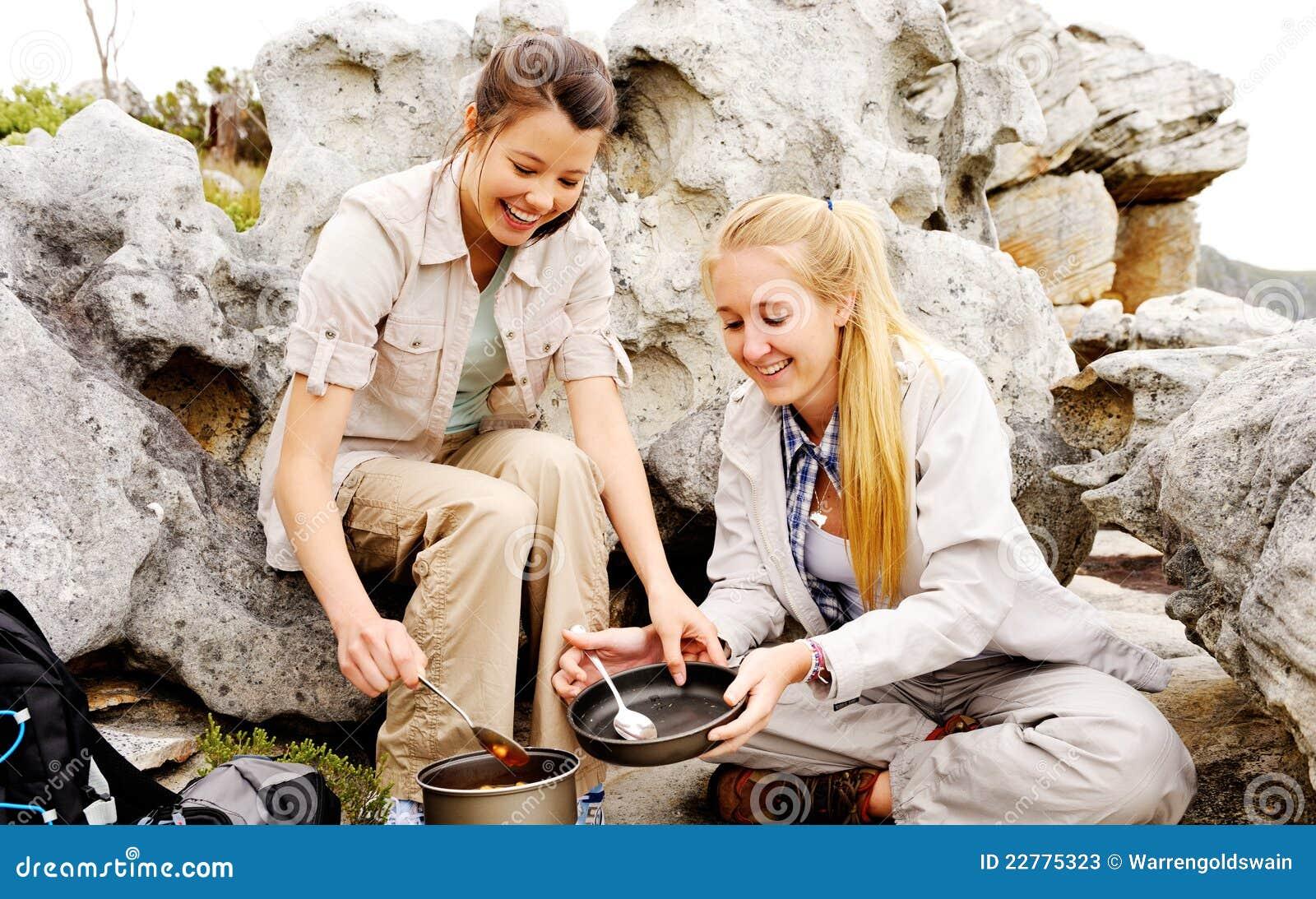 Deux cuisinières heureuses de femmes à l extérieur