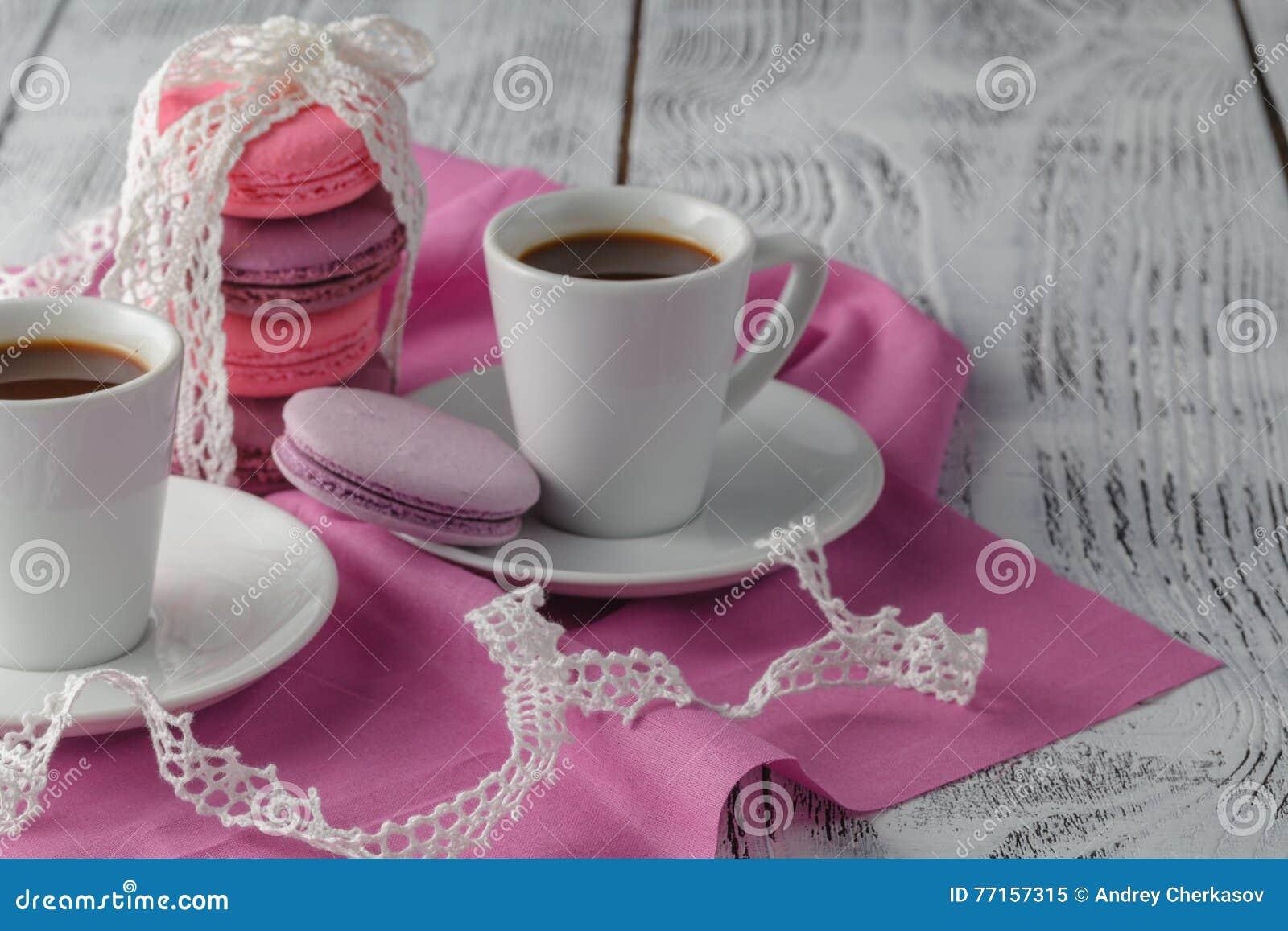 Deux cuvettes de café sur la table en bois