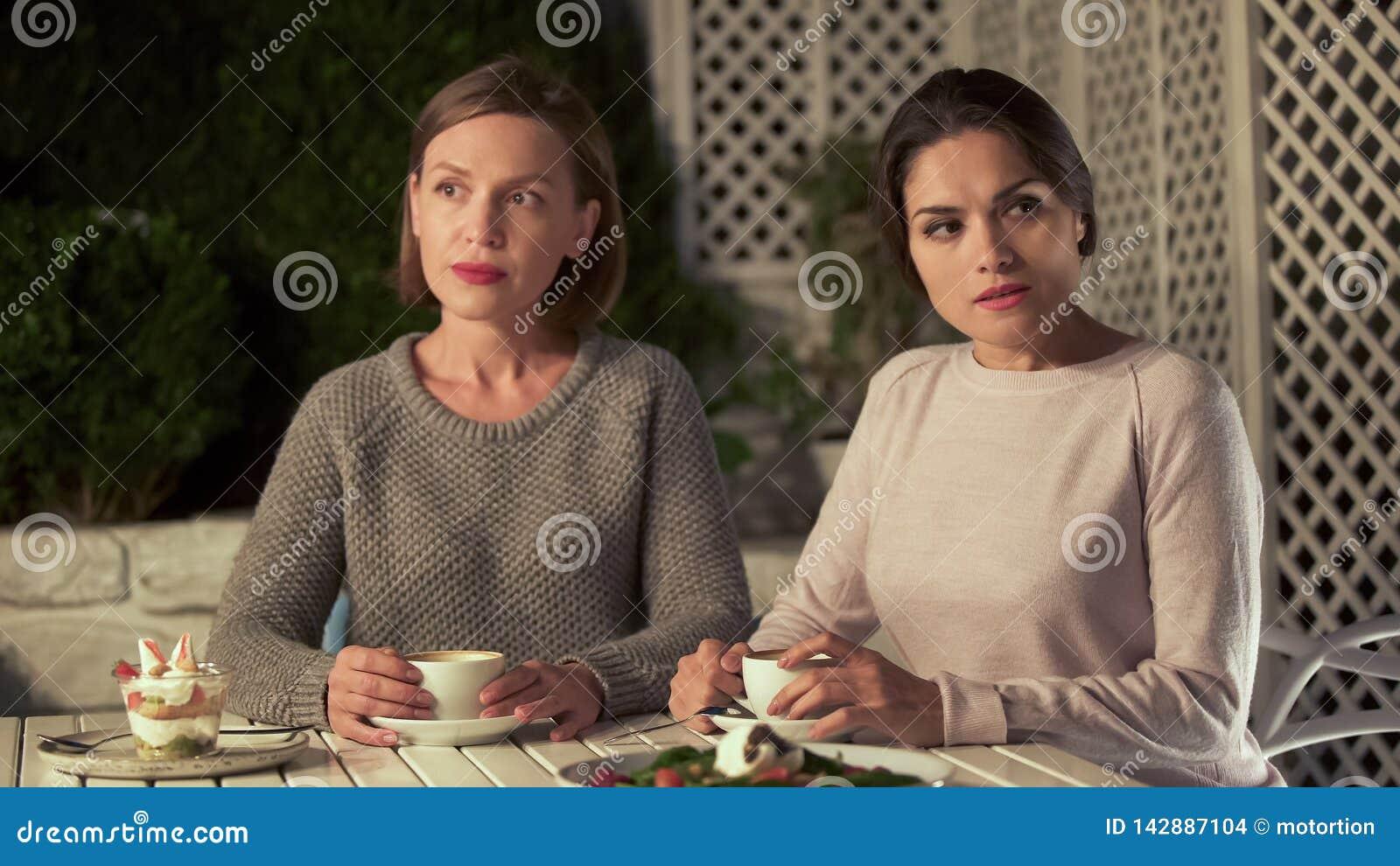 Deux dames offensées s asseyant en café, non disposé à faire des excuses et communiquer