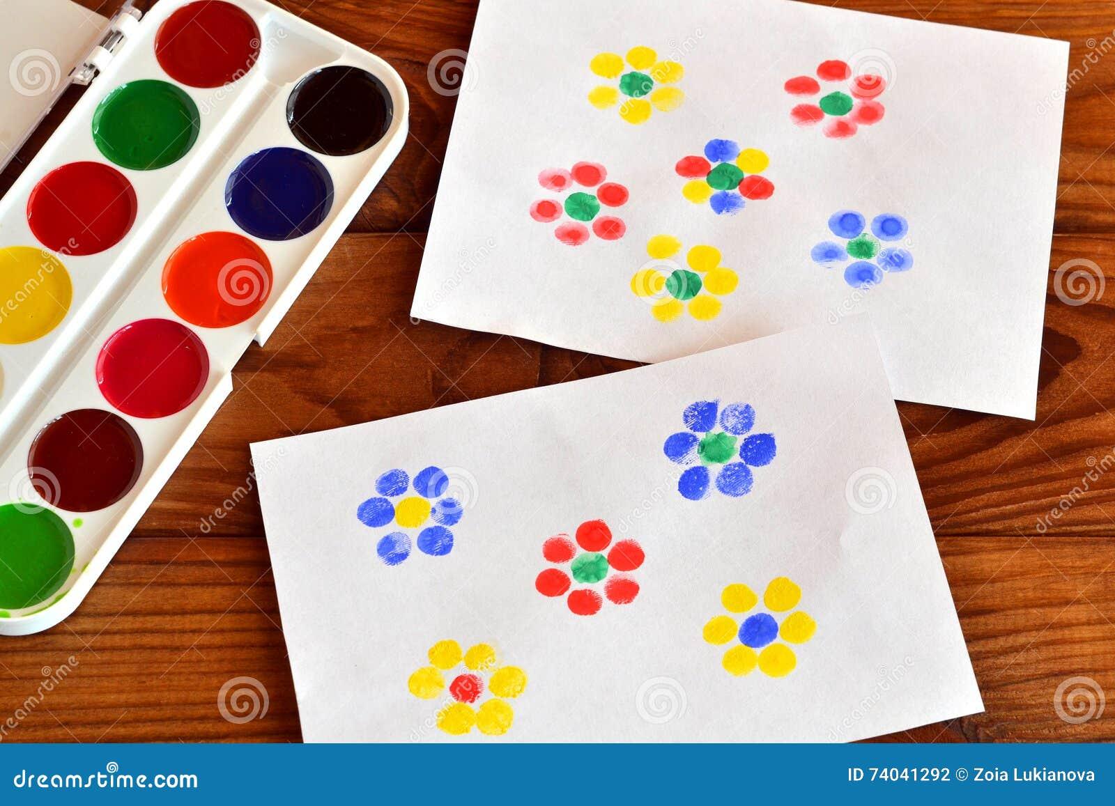 Deux Dessins Avec Des Fleurs Peinture De Doigt Jeu D Enfants