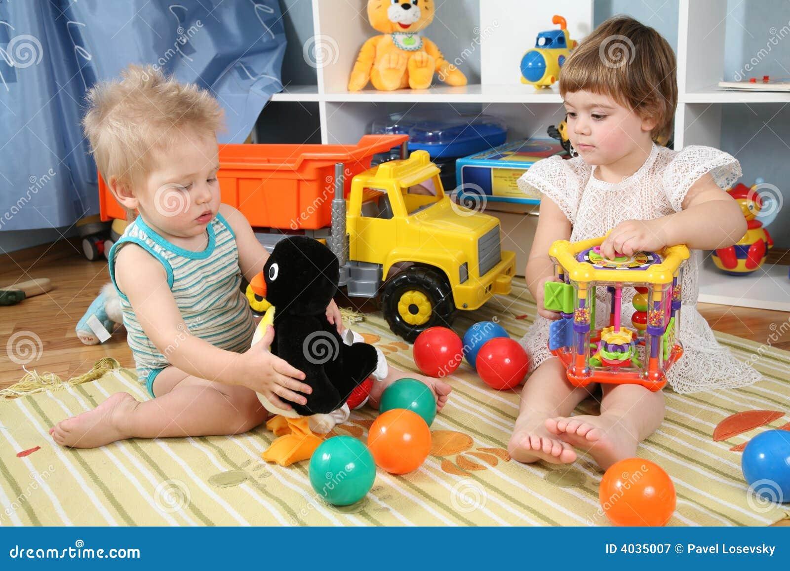 deux enfants dans la salle de jeux avec des jouets image. Black Bedroom Furniture Sets. Home Design Ideas