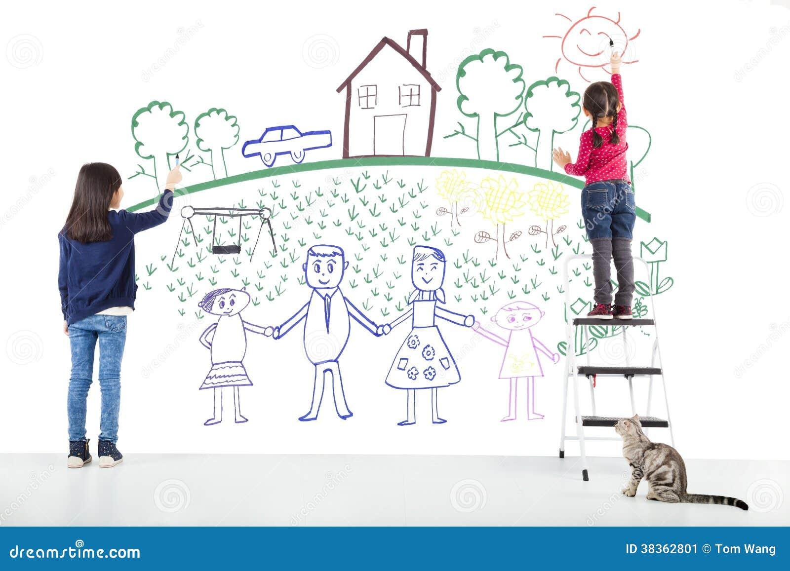 Deux enfants dessinant leur rêve sur le mur blanc