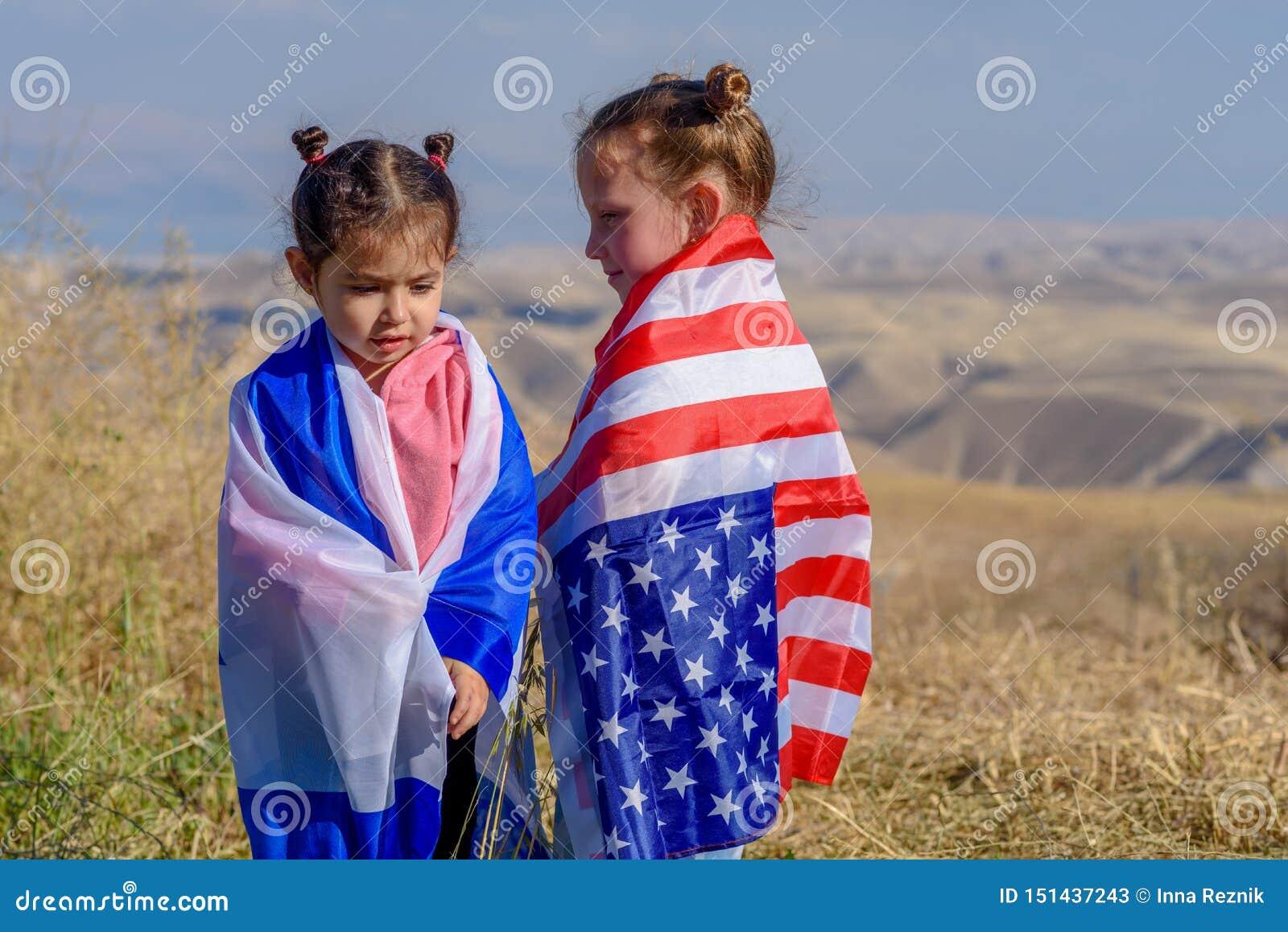 Deux enfants mignons avec des drapeaux d Américain et de l Israël