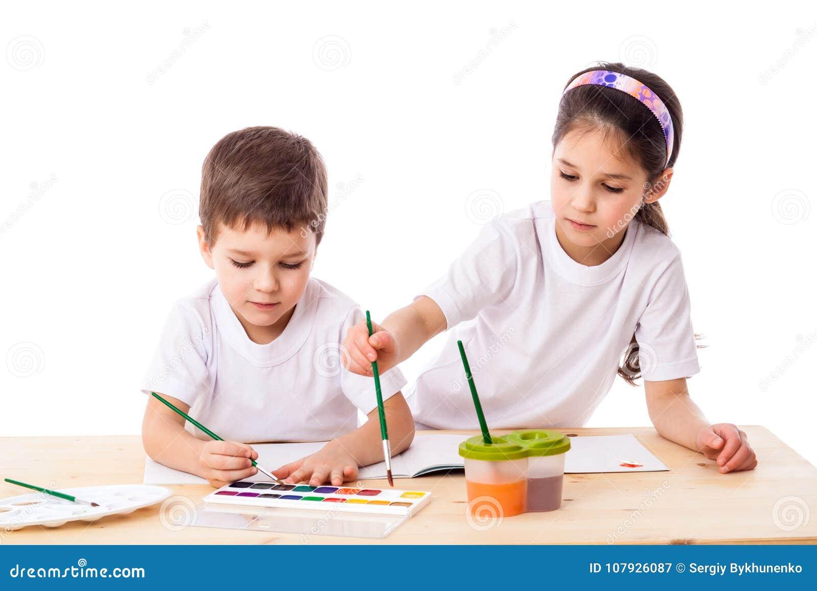 Deux enfants réunit avec l aquarelle